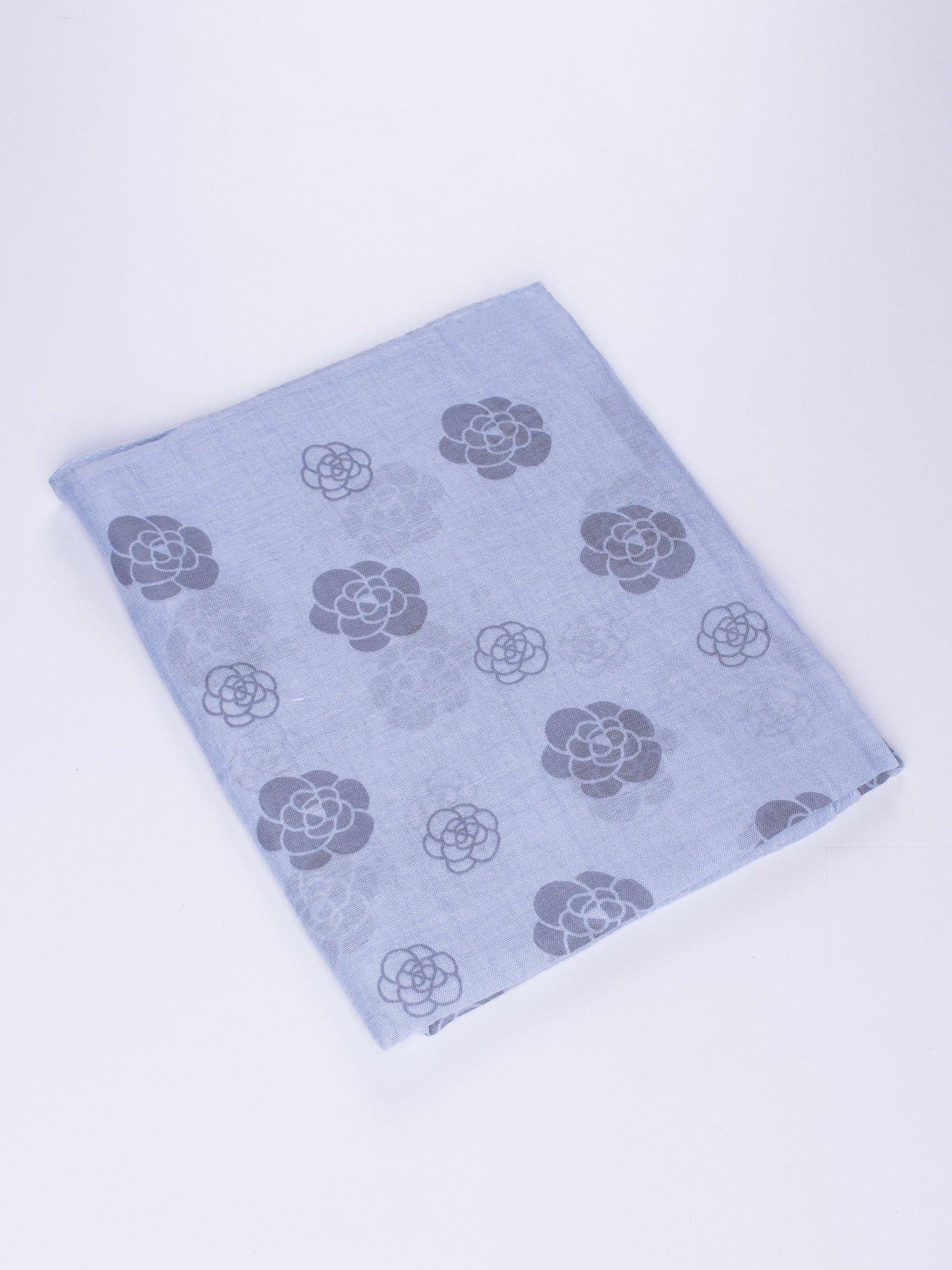 Niebieski lekki szal w kwiatki                                  zdj.                                  2