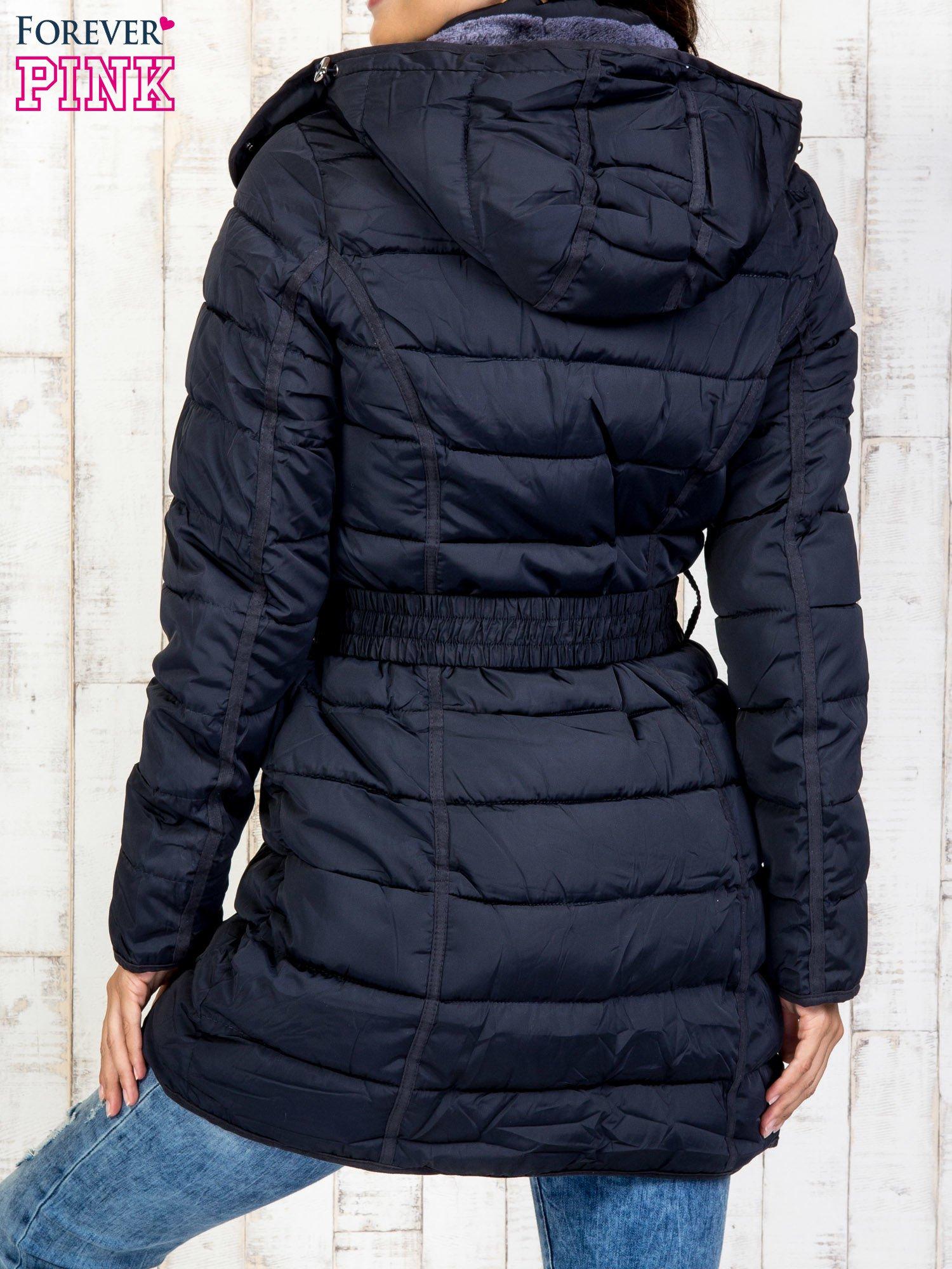 Niebieski pikowany płaszcz z paskiem                                  zdj.                                  2