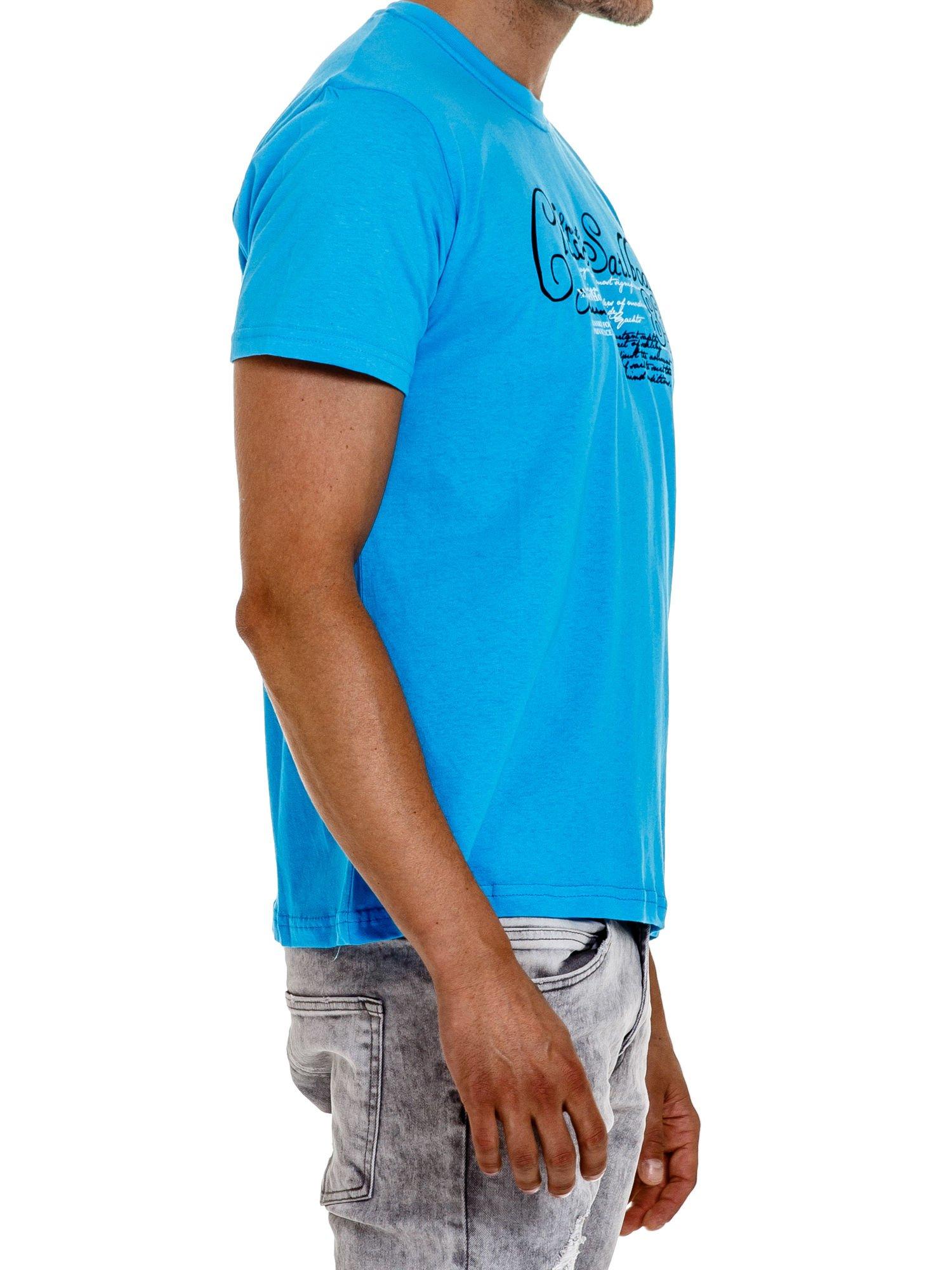Niebieski t-shirt męski z napisami i liczbą 83                                  zdj.                                  3
