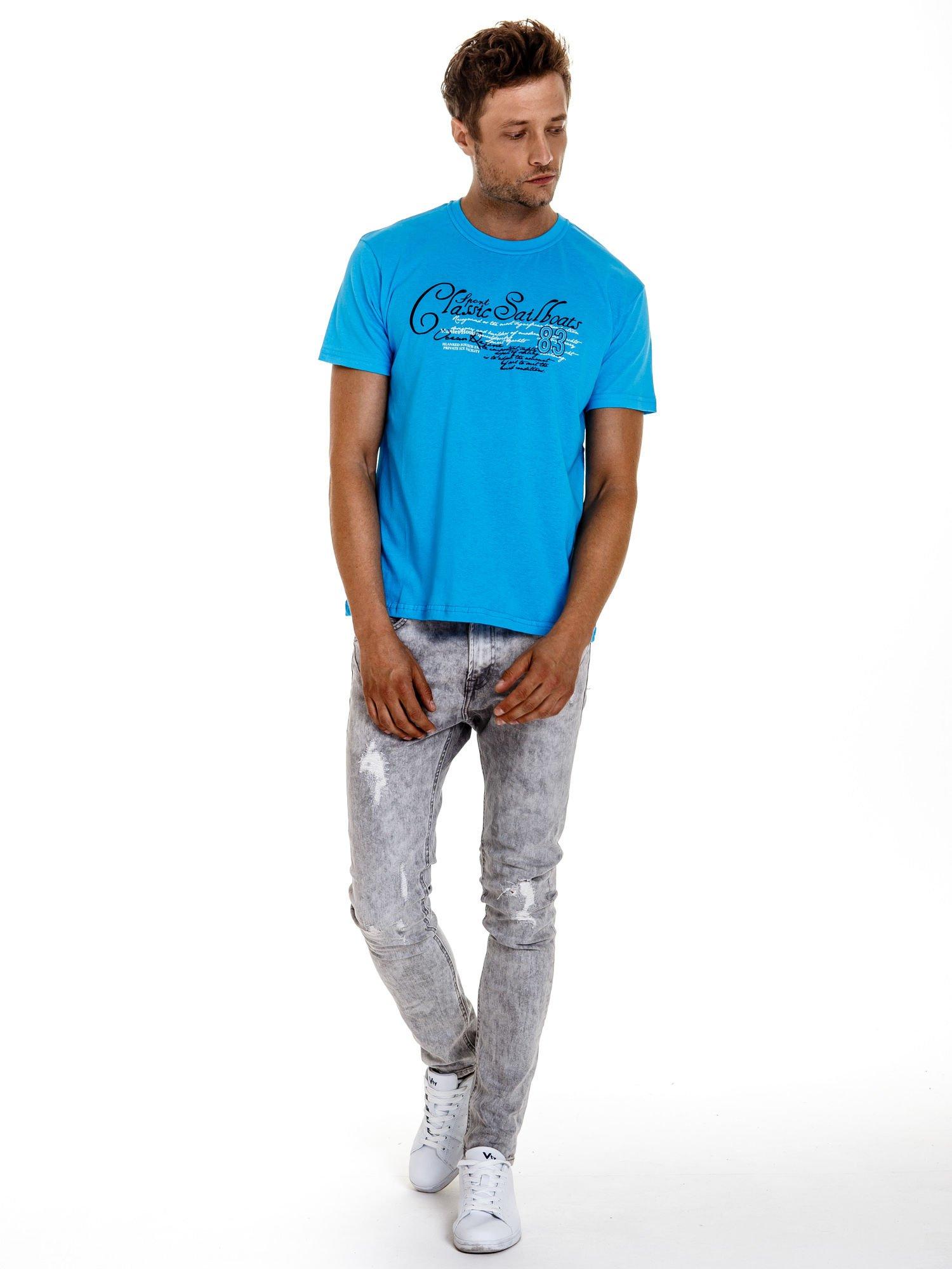 Niebieski t-shirt męski z napisami i liczbą 83                                  zdj.                                  4