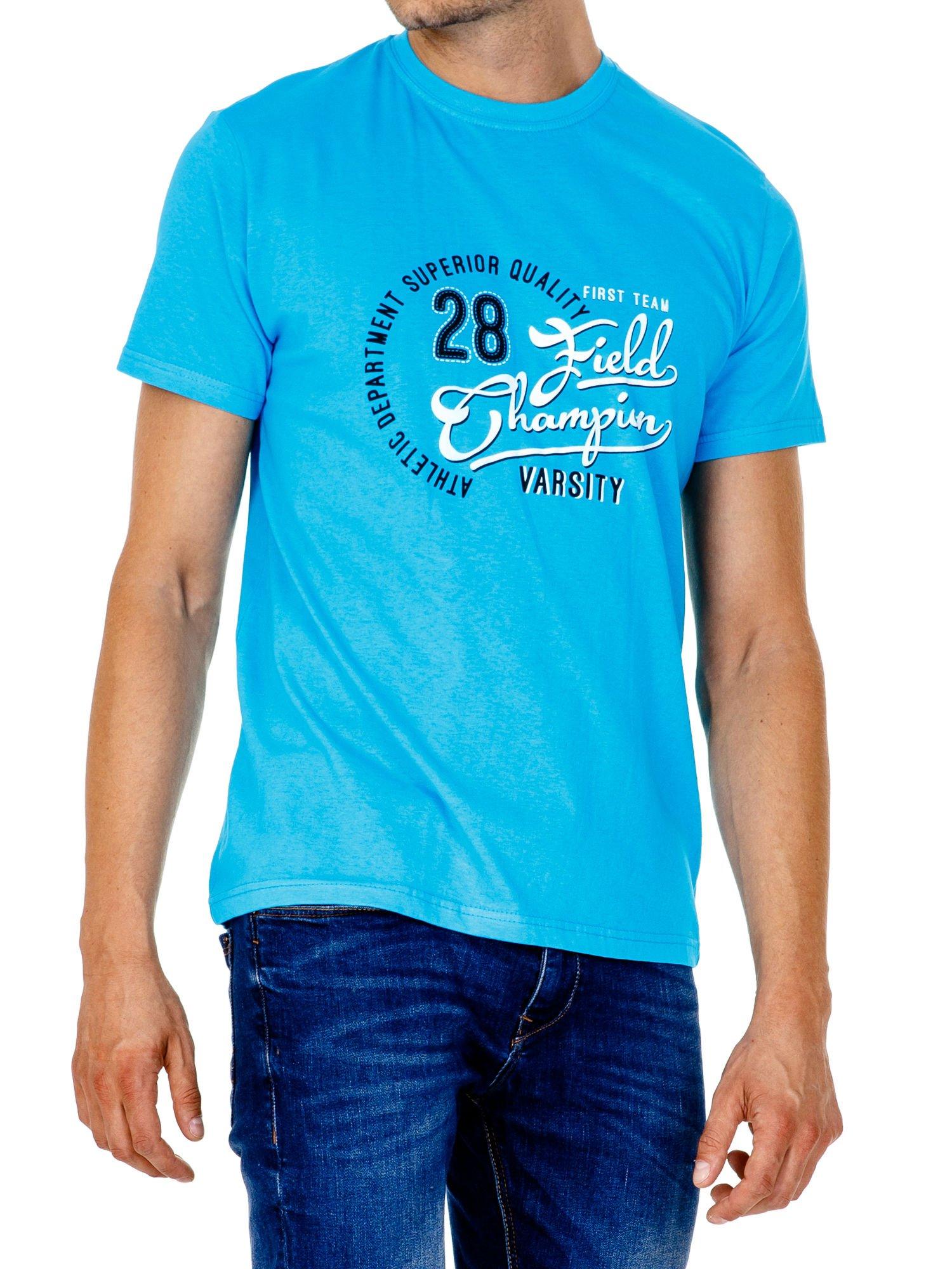 Niebieski t-shirt męski z napisem CHAMPION i liczbą 28                                  zdj.                                  3