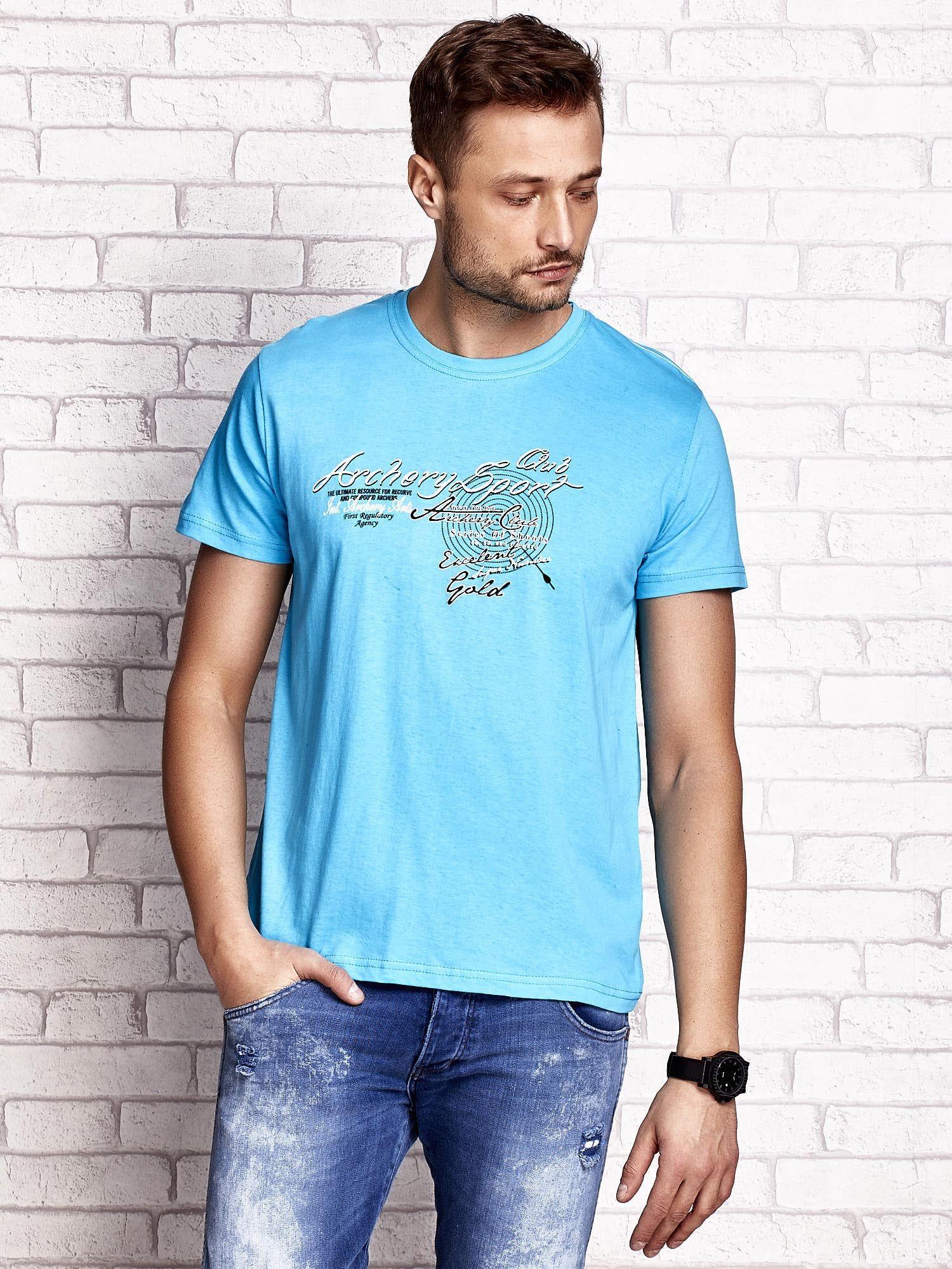 Niebieski t-shirt męski ze sportowym nadrukiem i napisami                                  zdj.                                  1