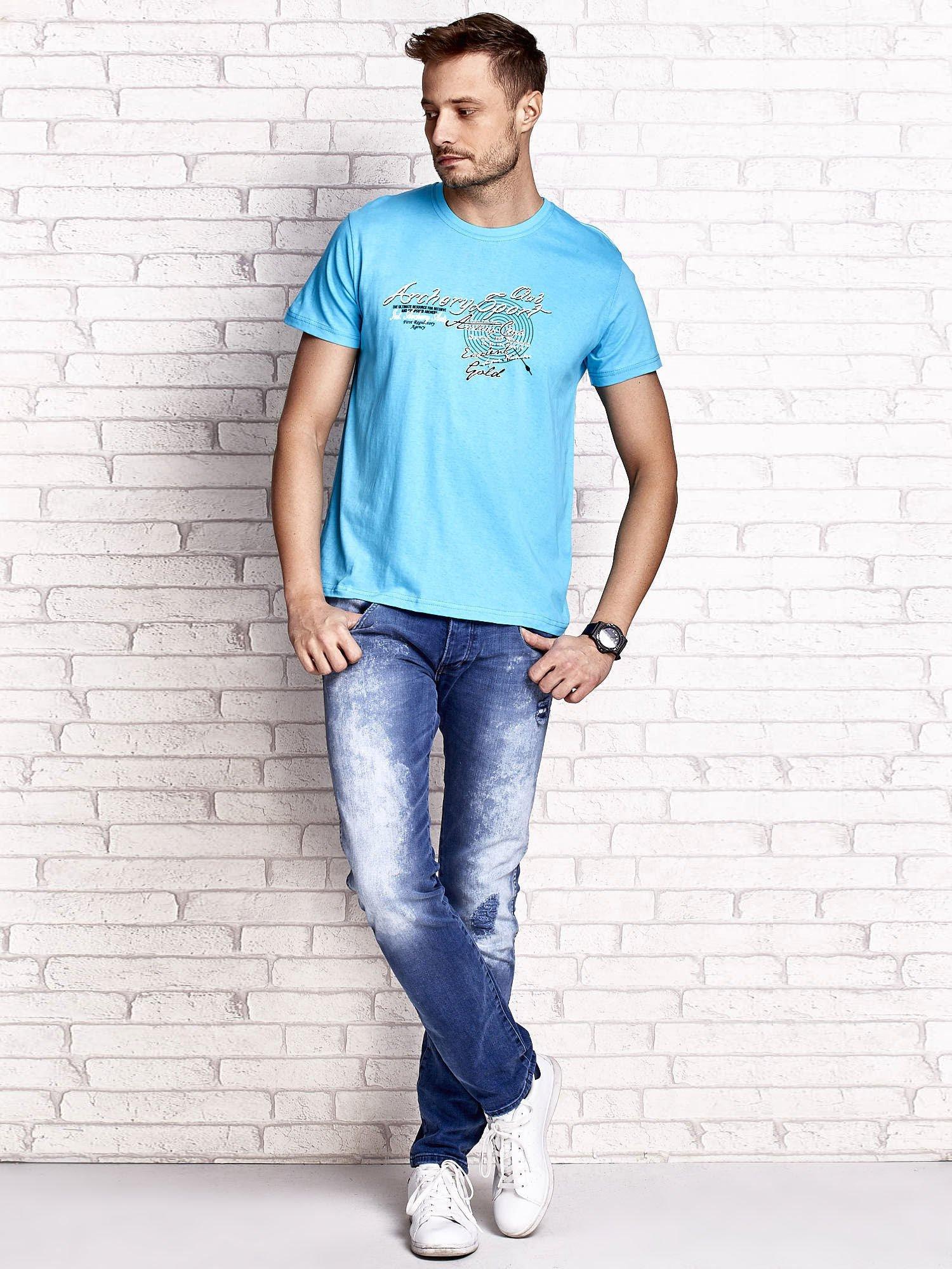 Niebieski t-shirt męski ze sportowym nadrukiem i napisami                                  zdj.                                  4