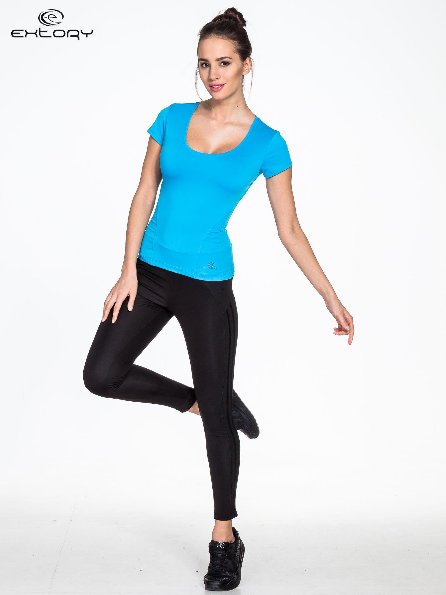 Niebieski t-shirt sportowy basic z dekoltem U                                  zdj.                                  2