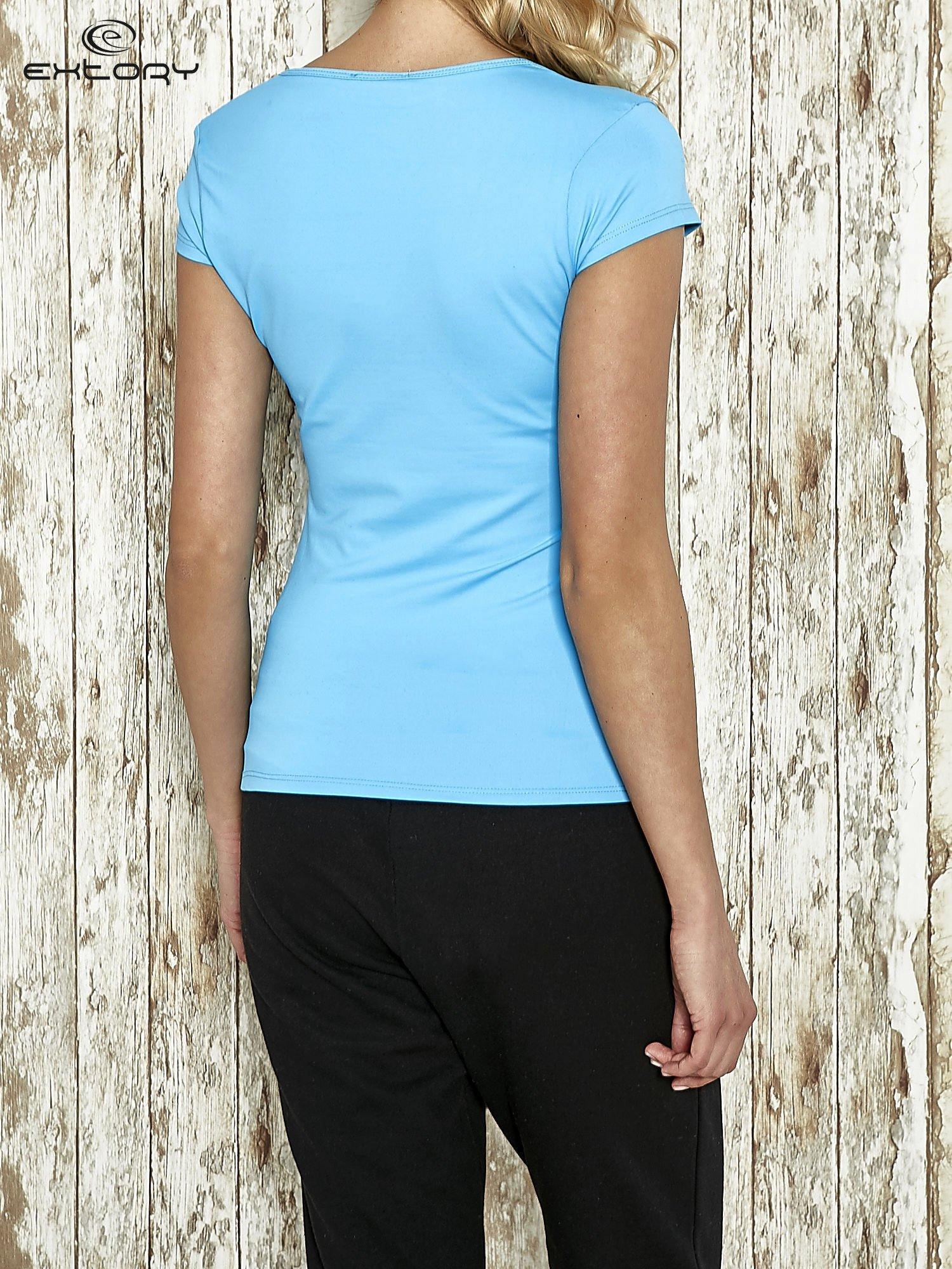 Niebieski t-shirt sportowy z marszczeniem przy biuście                                  zdj.                                  4