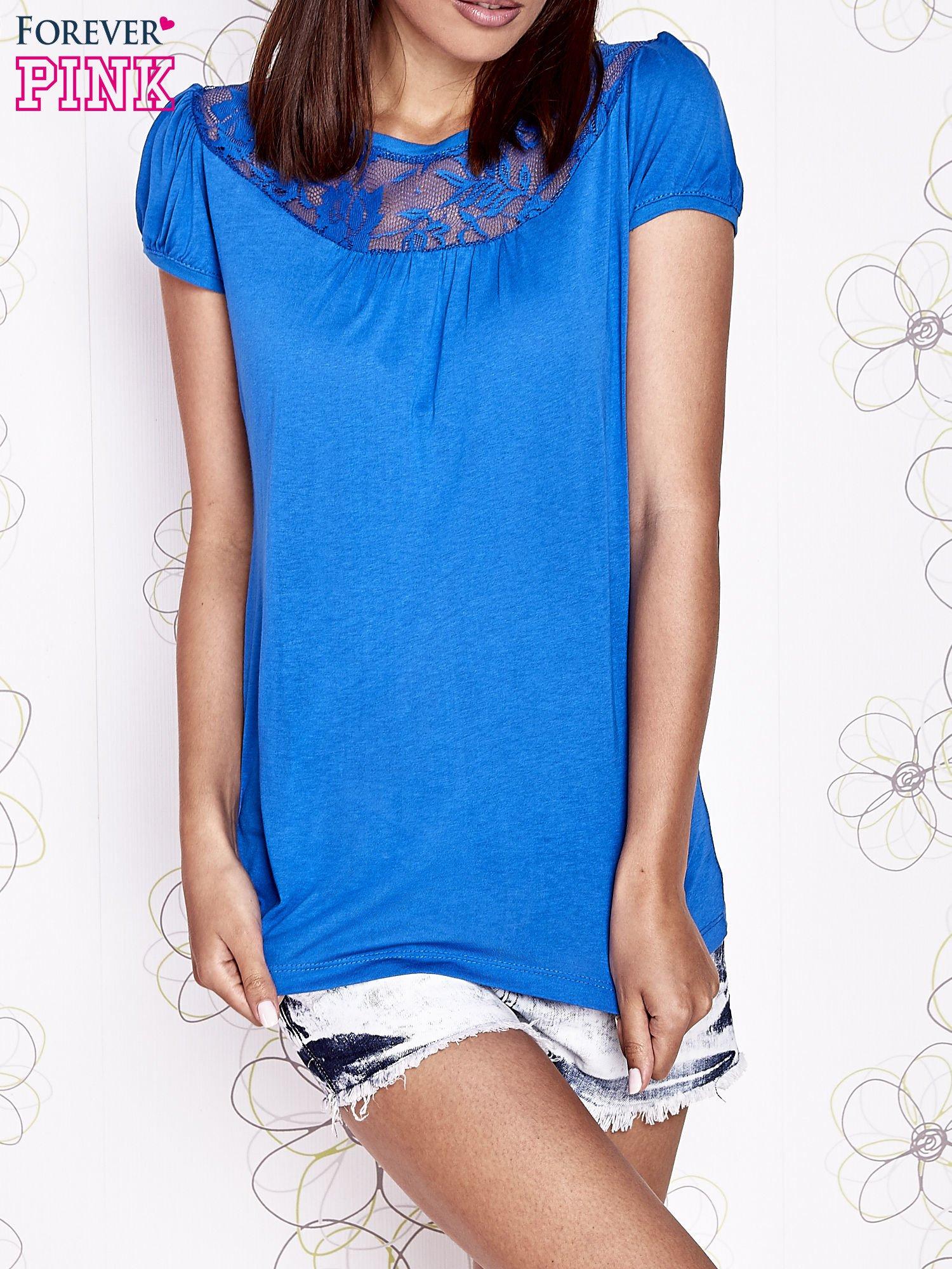 Niebieski t-shirt z ażurowym motywem                                  zdj.                                  1