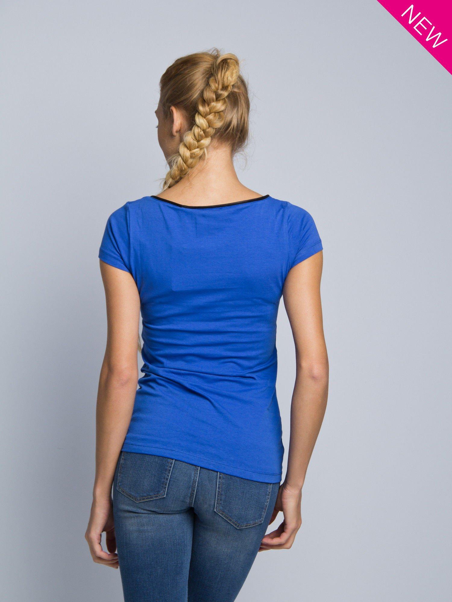Niebieski t-shirt z czarną lamówką przy dekolcie                                  zdj.                                  3