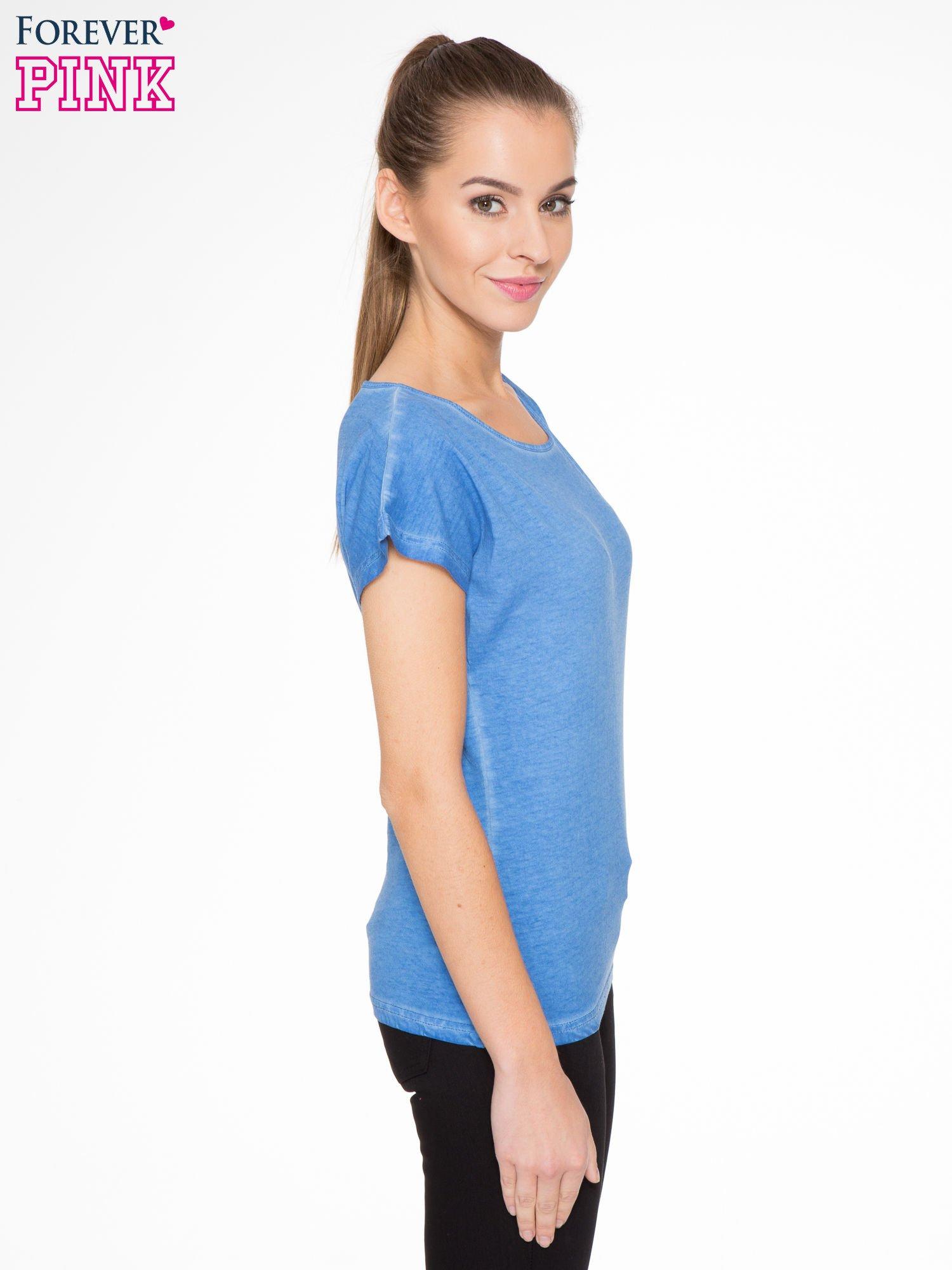 Niebieski t-shirt z dekatyzowanym efektem                                  zdj.                                  2