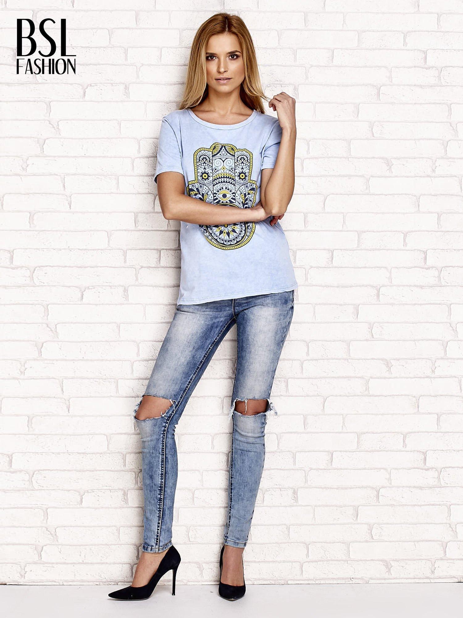 Niebieski t-shirt z egzotycznym nadrukiem dłoni i wycięciem na plecach                                  zdj.                                  4