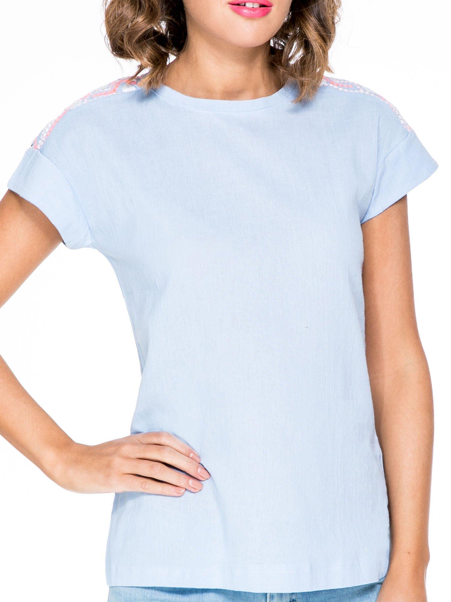 Niebieski t-shirt z haftem na plecach zdobionym cekinami                                   zdj.                                  5