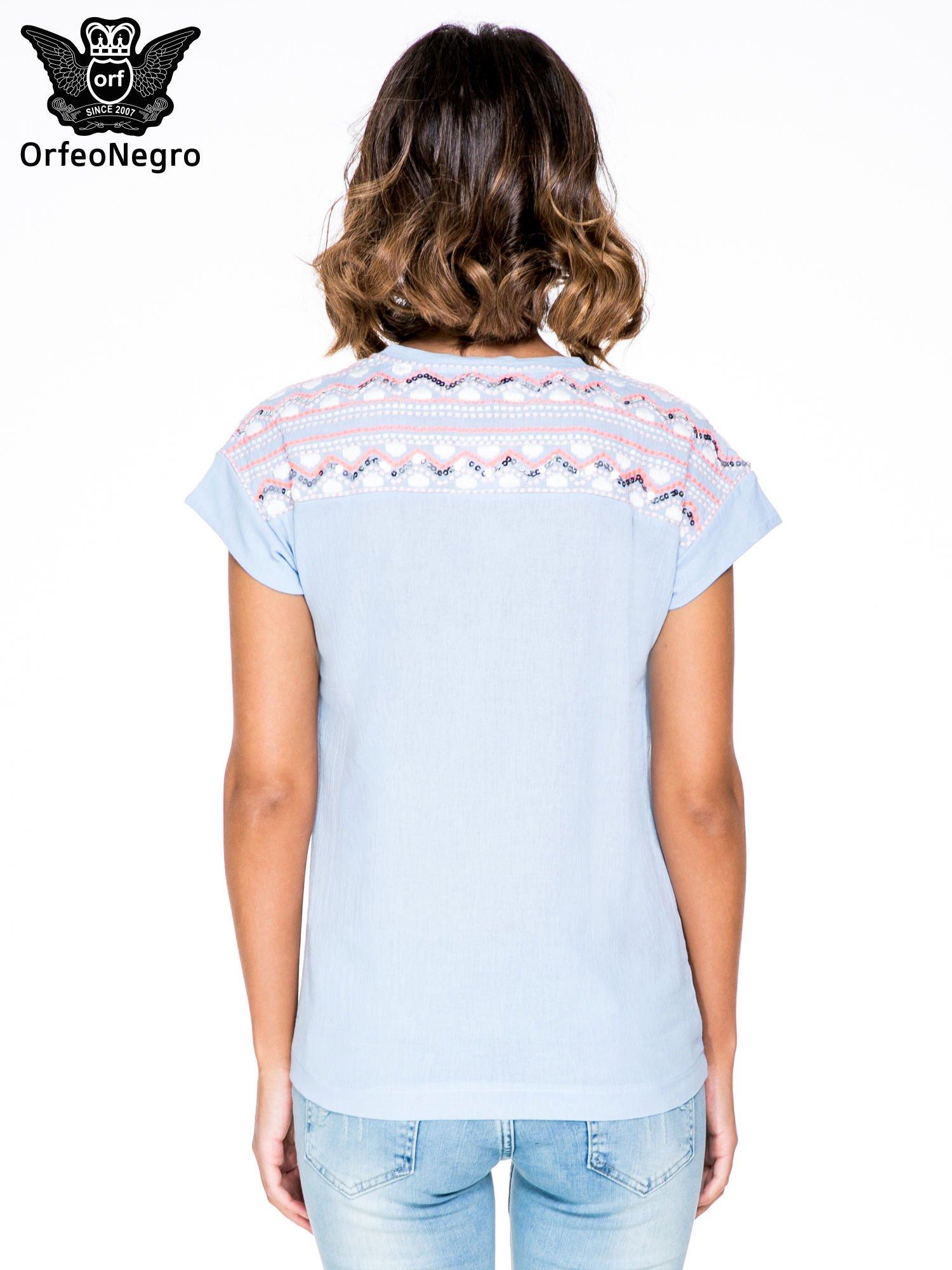 Niebieski t-shirt z haftem na plecach zdobionym cekinami                                   zdj.                                  4
