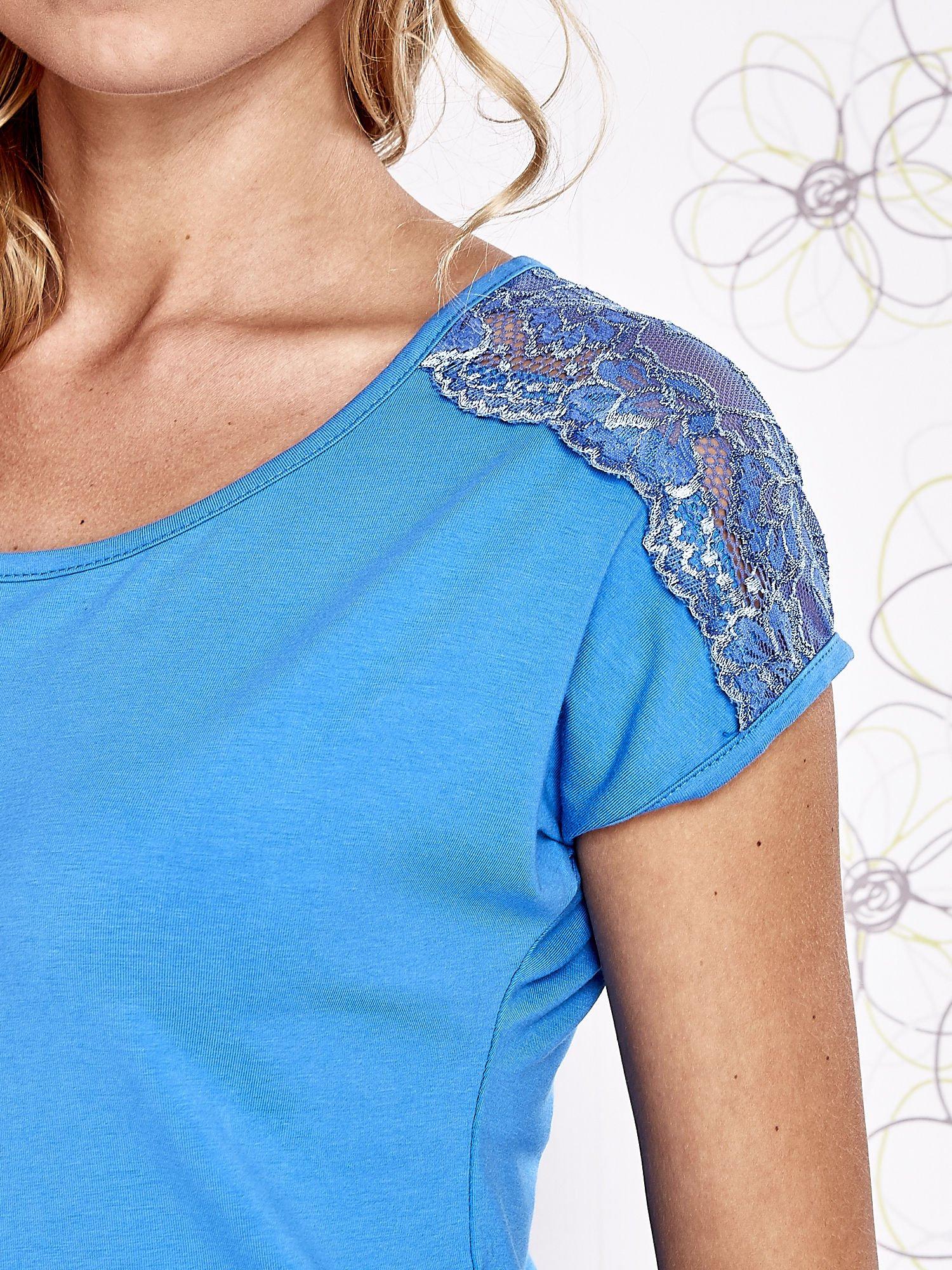Niebieski t-shirt z koronkowym wykończeniem rękawów                                  zdj.                                  5