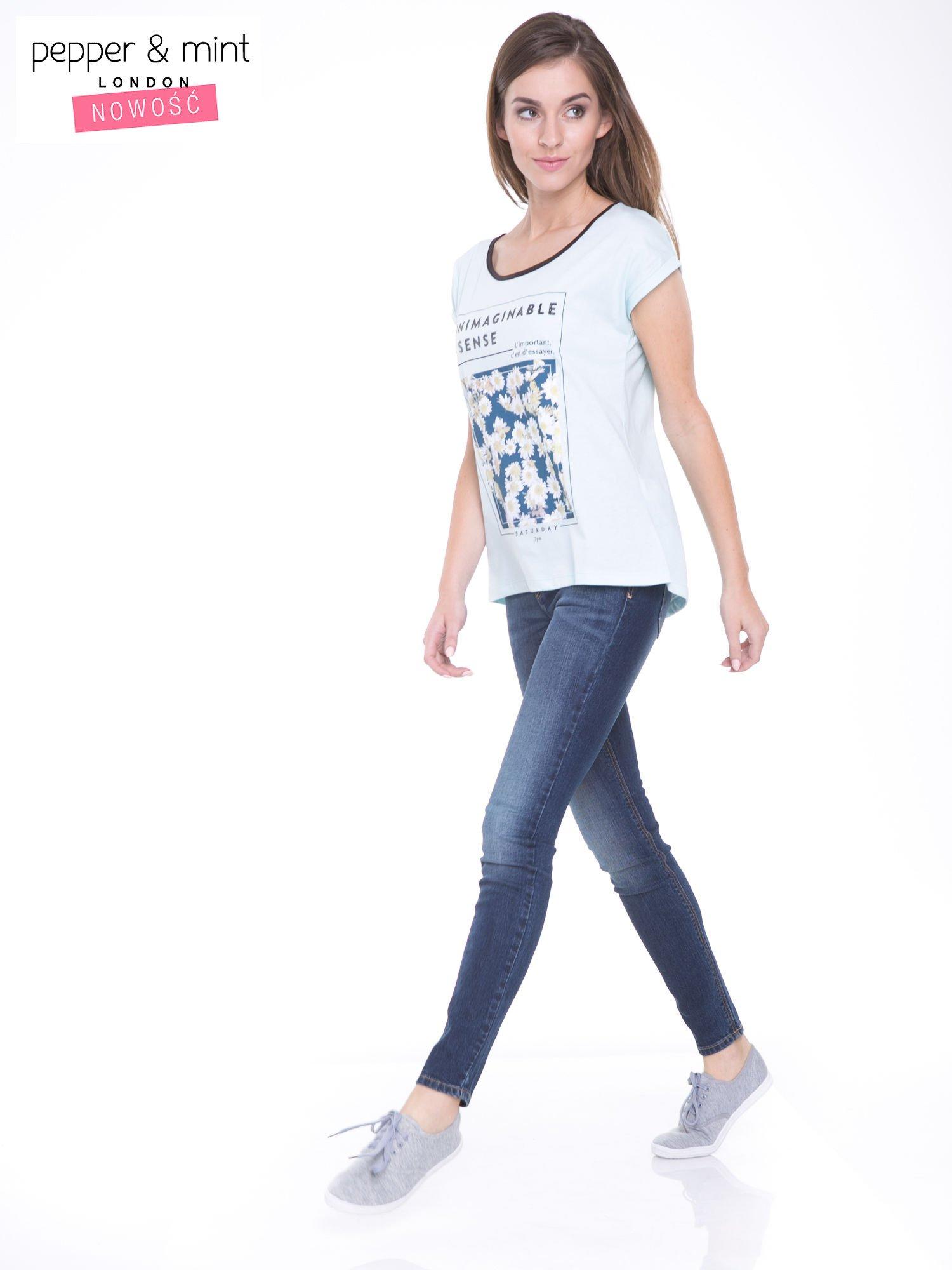 Niebieski t-shirt z kwiatowym nadrukiem i napisem UNIMAGINABLE SENSE                                  zdj.                                  5