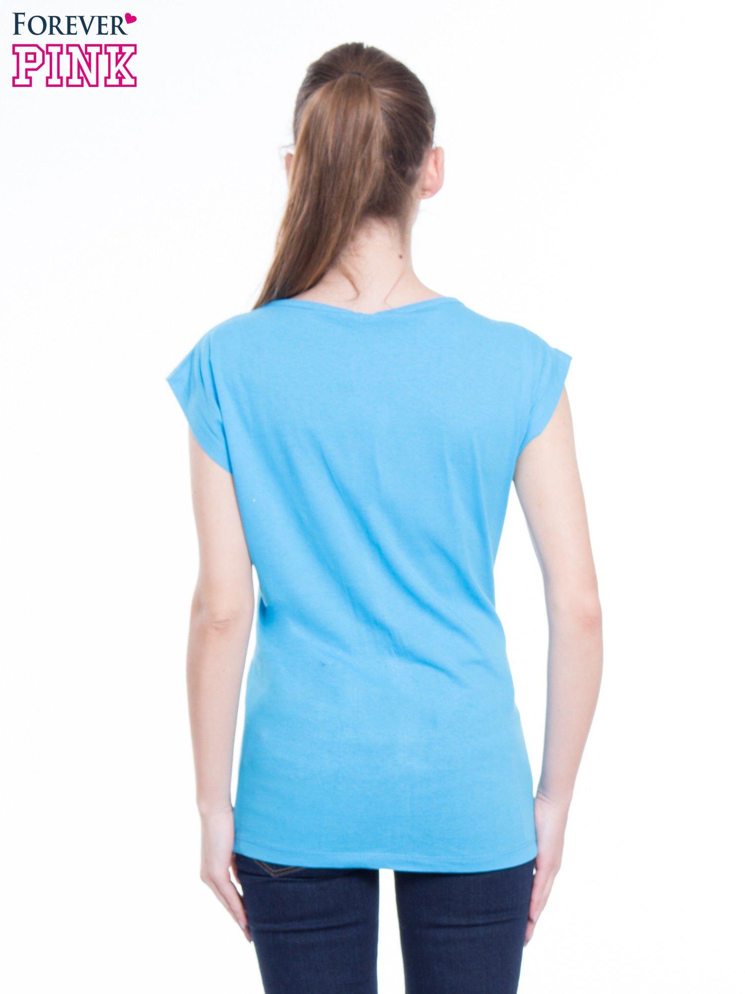 Niebieski t-shirt z nadrukiem fashion                                  zdj.                                  5