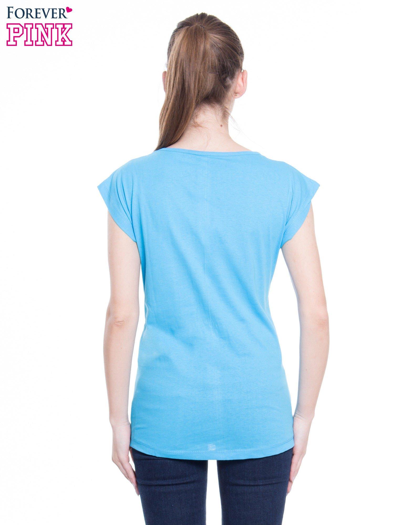 Niebieski t-shirt z nadrukiem flaminga i napisem LESS IS MORE                                  zdj.                                  3
