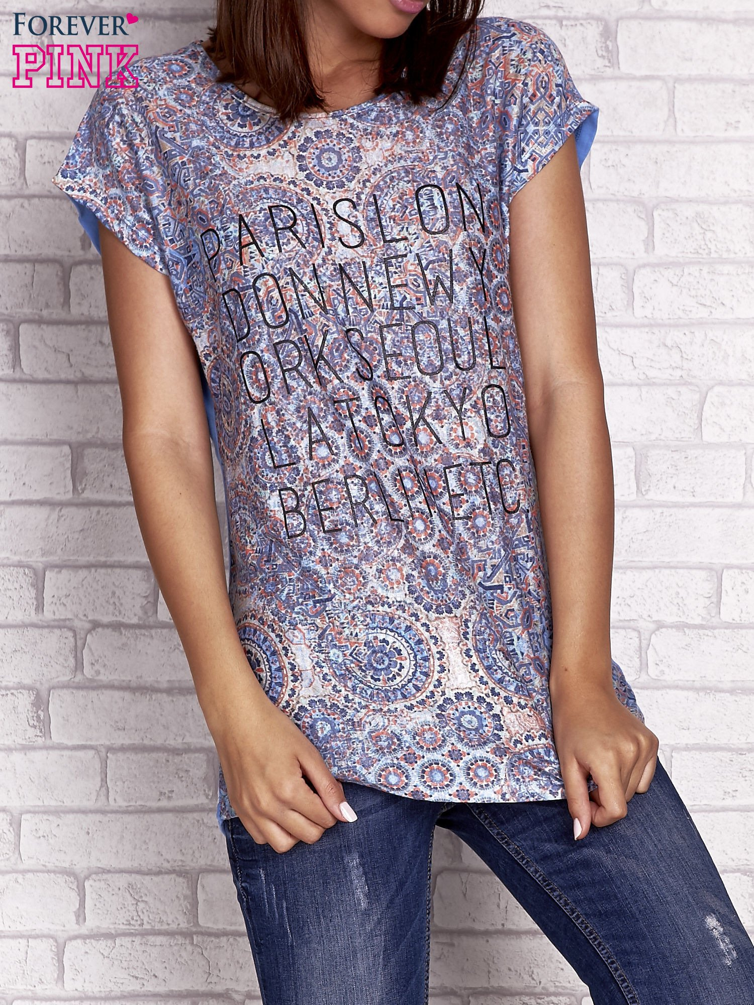 Niebieski t-shirt z nadrukiem nazw miast                                  zdj.                                  1