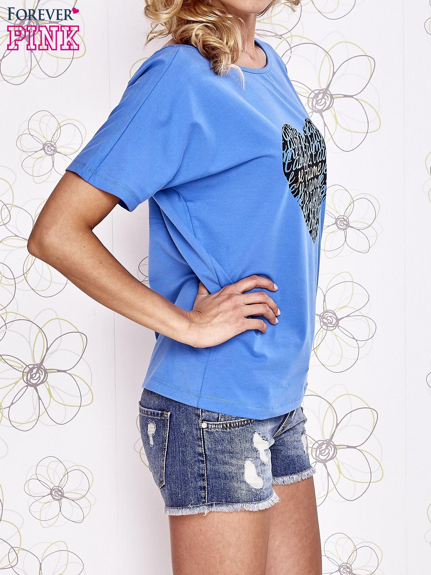 Niebieski t-shirt z napisem JE T'AIME i dekoltem na plecach                                  zdj.                                  3