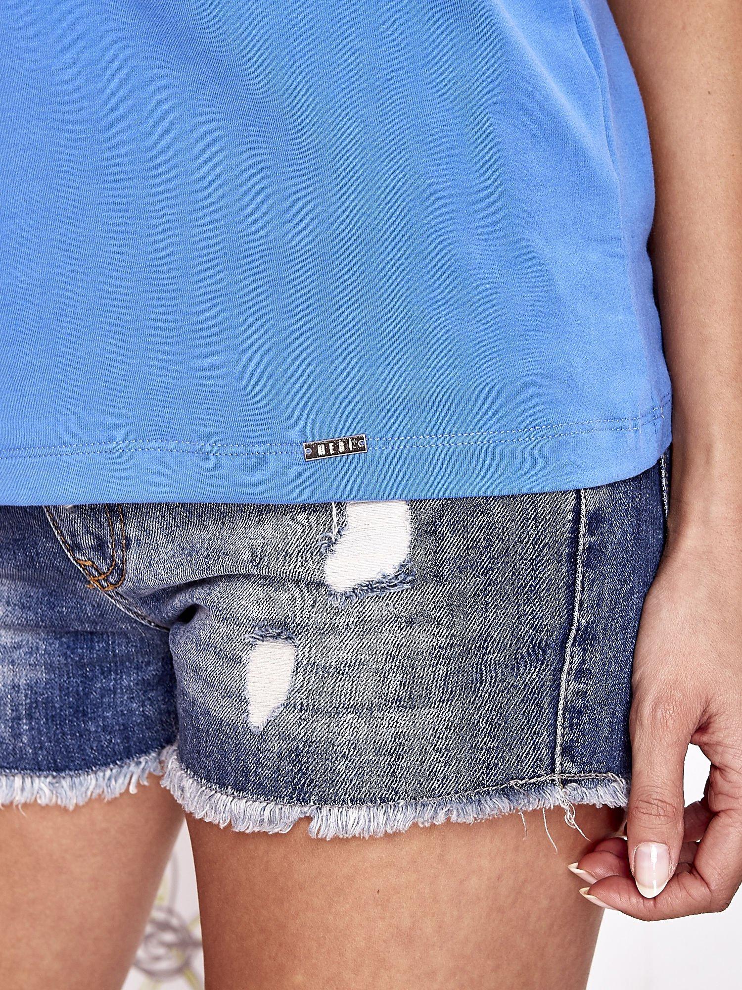 Niebieski t-shirt z napisem JE T'AIME i dekoltem na plecach                                  zdj.                                  6