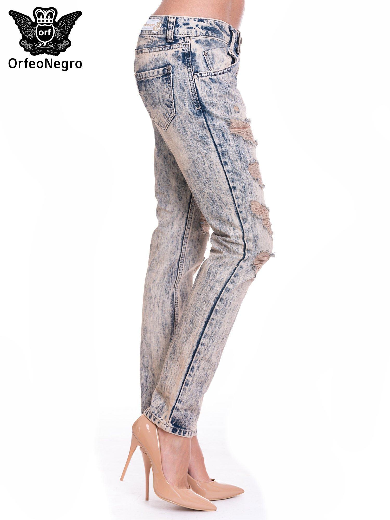 Niebieskie dekatyzowane spodnie rurki z przetarciami                                  zdj.                                  3