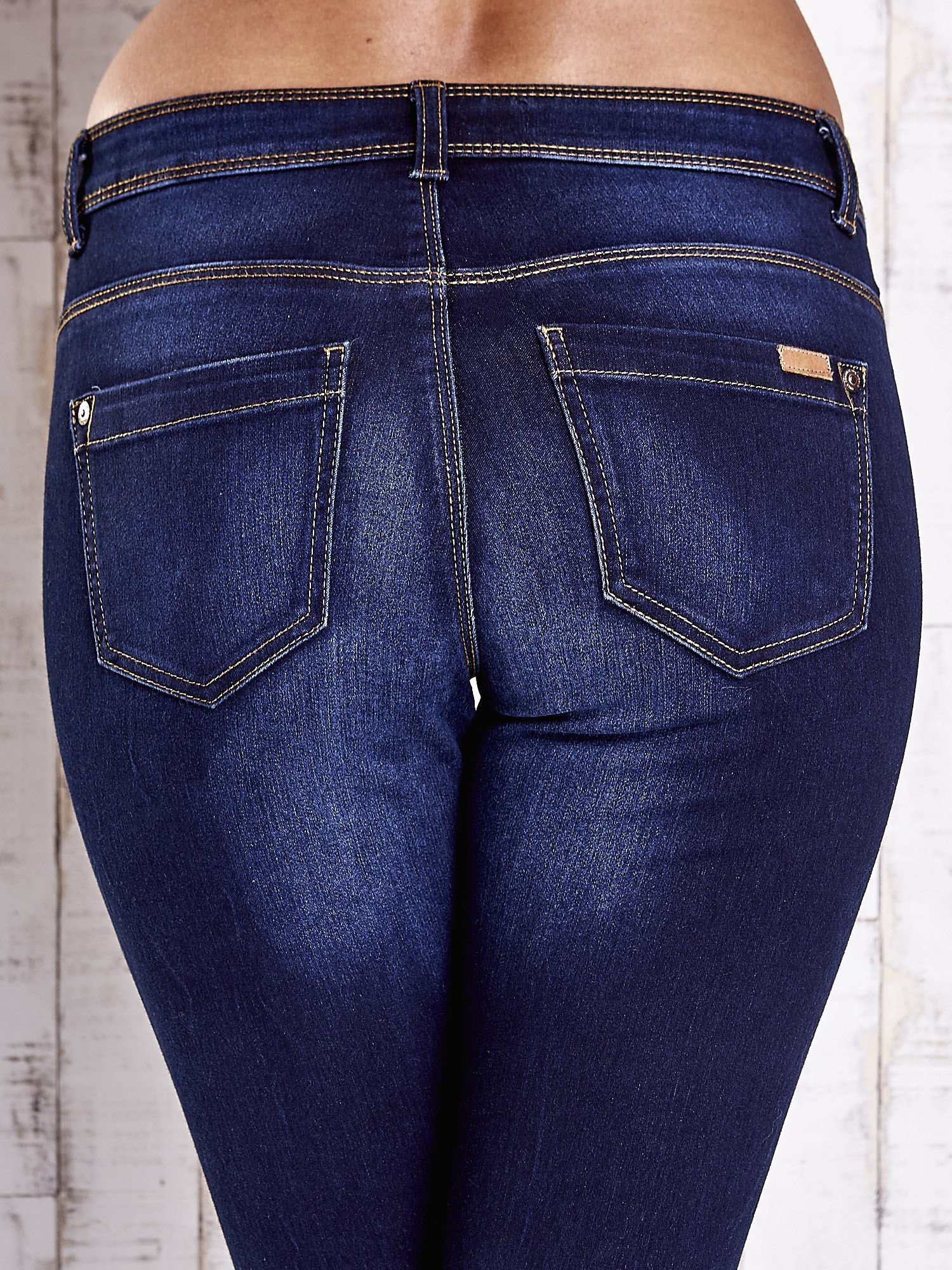 Niebieskie dopasowane spodnie jeansowe                                   zdj.                                  6