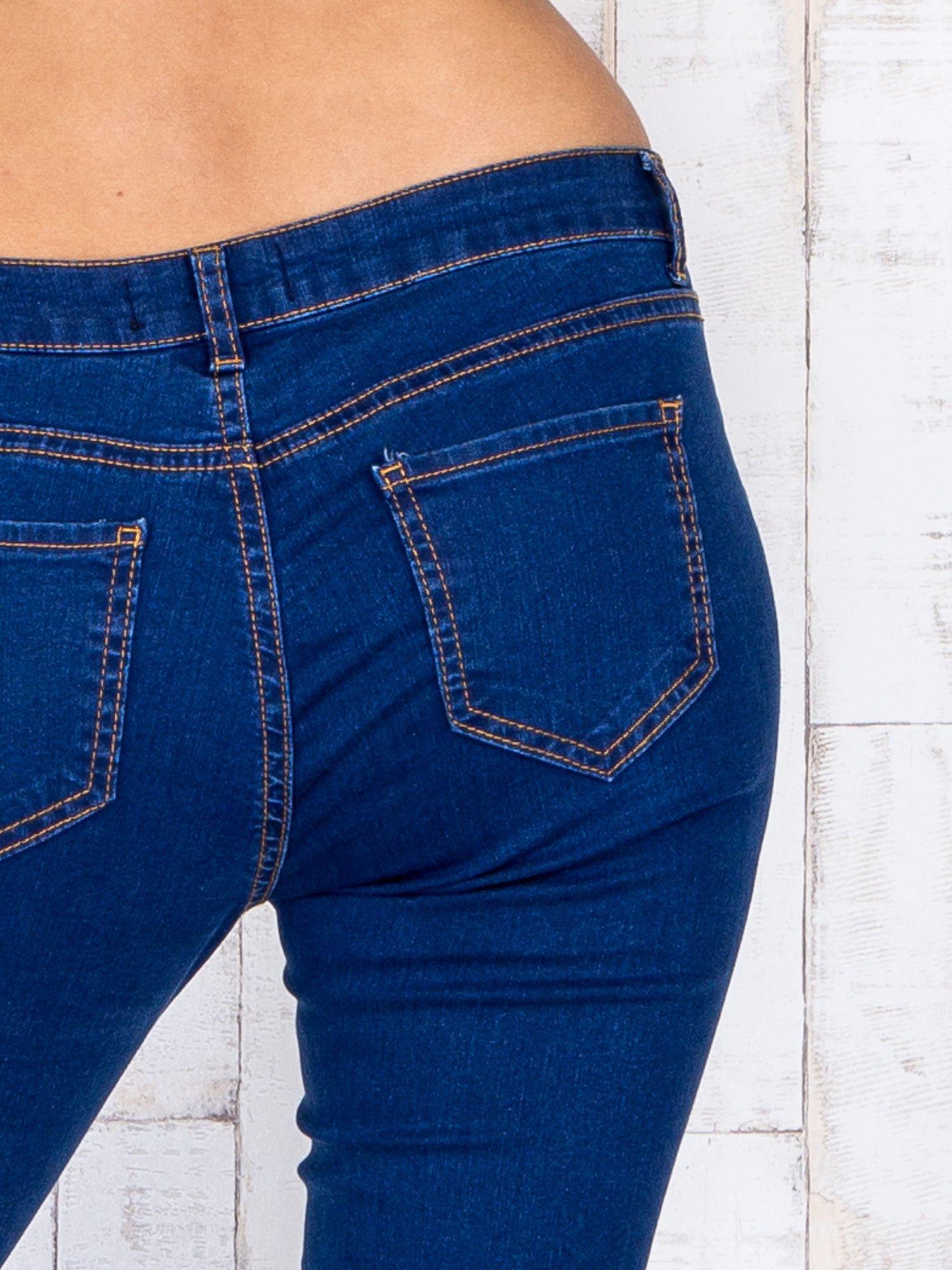 Niebieskie jeansowe spodnie skinny z kontrastowymi szwami                                  zdj.                                  5
