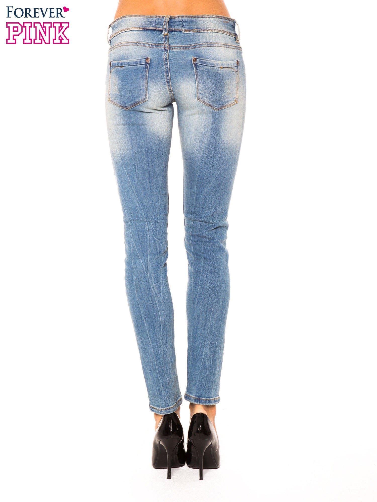 Niebieskie jeansy rurki wycierane                                  zdj.                                  3