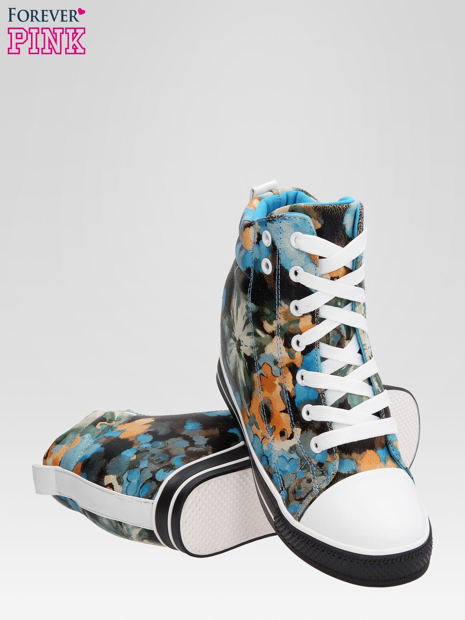 Niebieskie kwiatowe sneakersy                                  zdj.                                  4
