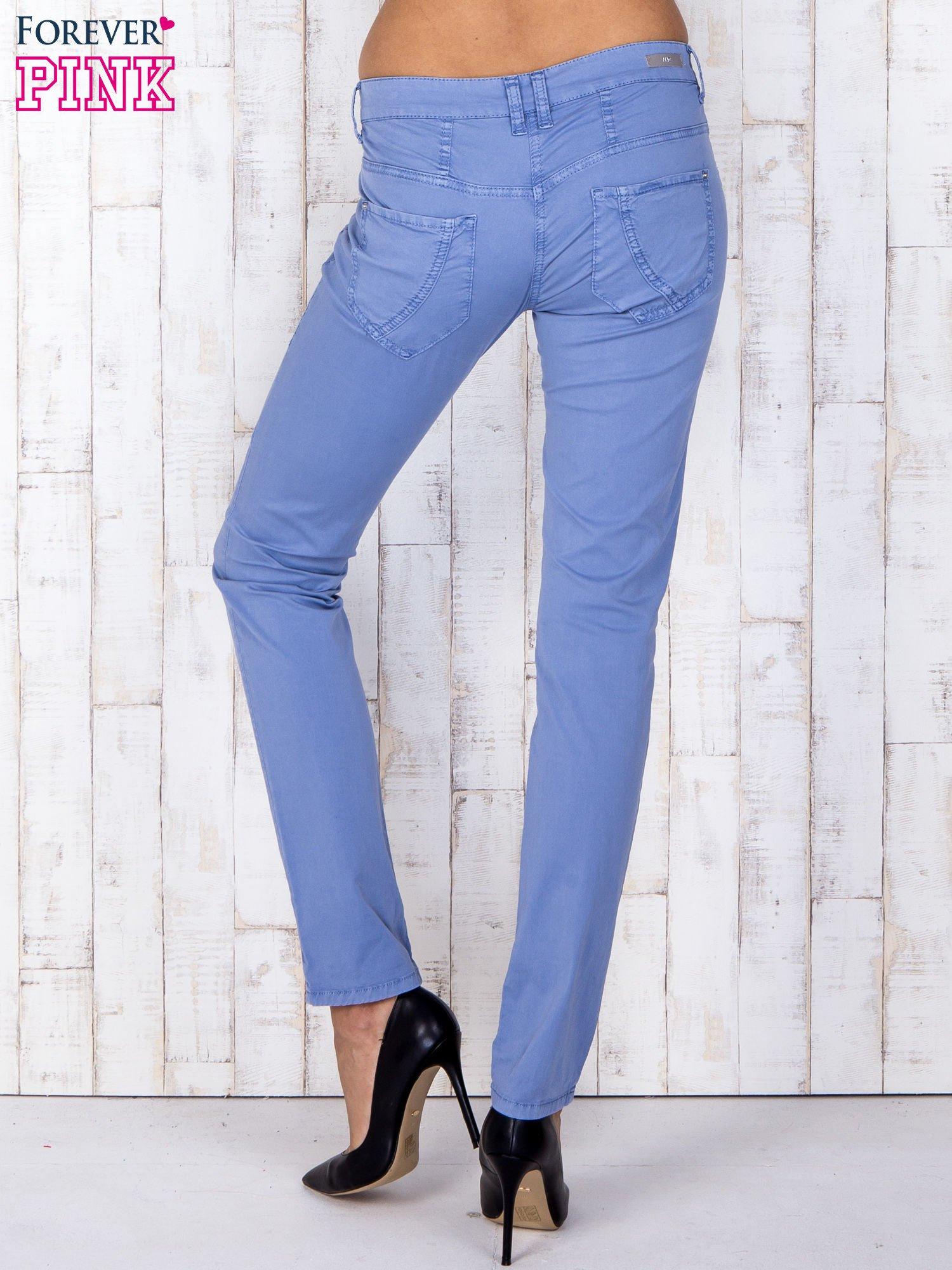 Niebieskie materiałowe spodnie regular na guziki                                  zdj.                                  2