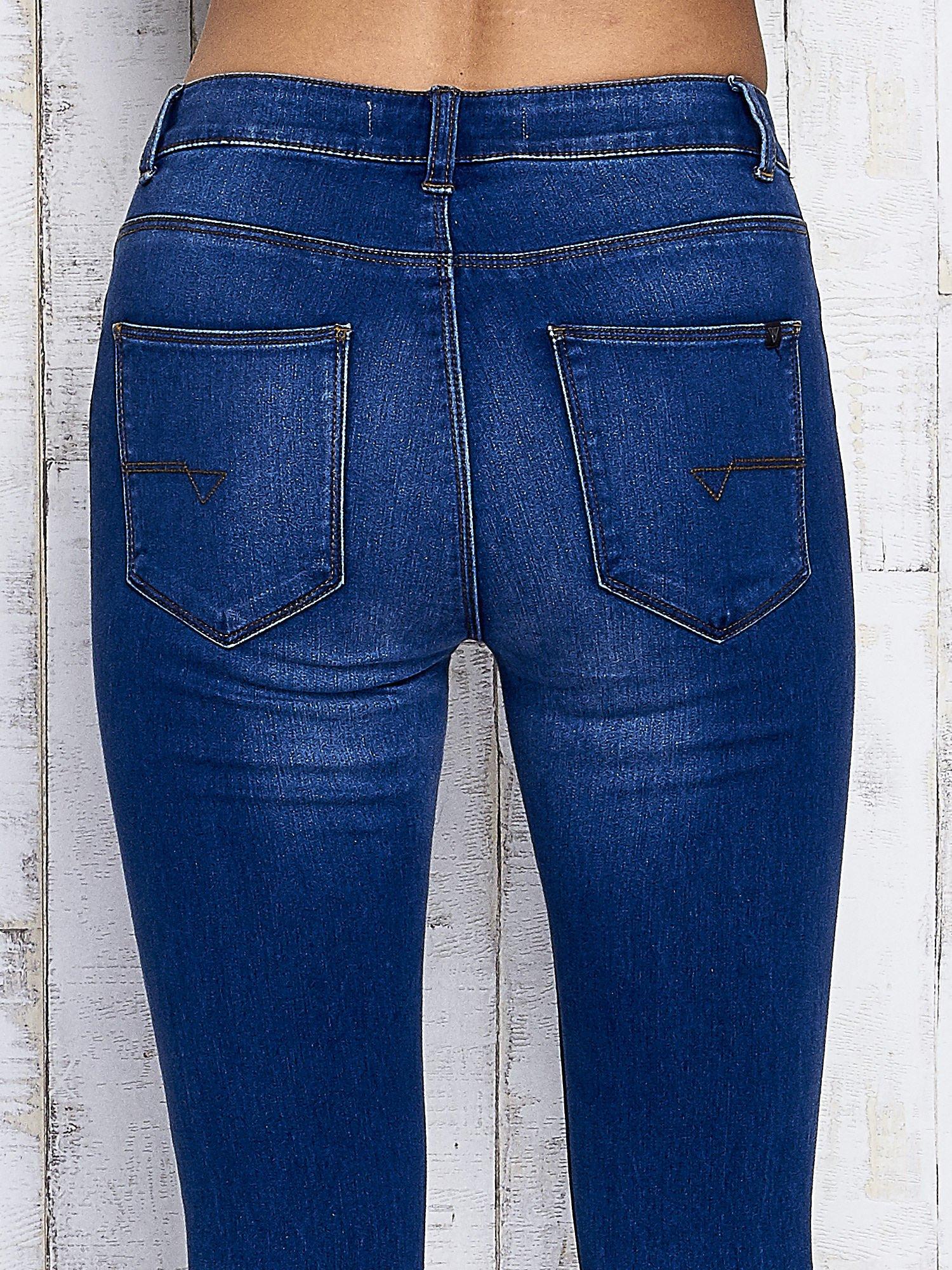 Niebieskie przecierane spodnie jeansowe                                   zdj.                                  6