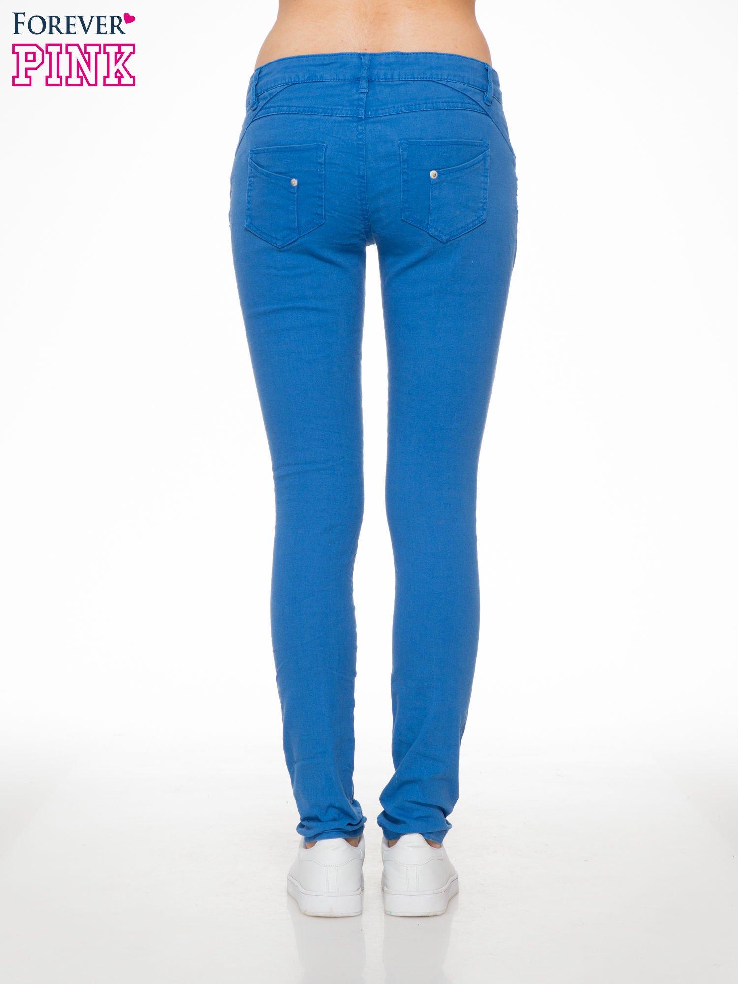 Niebieskie spodnie jeansowe rurki                                  zdj.                                  4