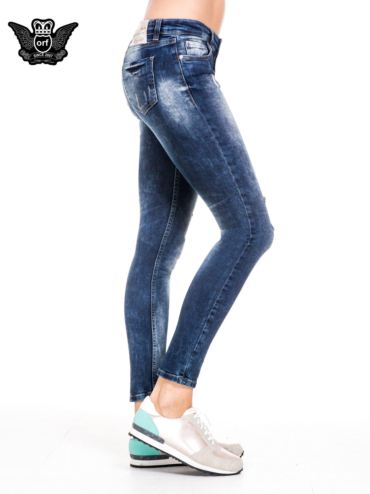 Niebieskie spodnie jeansowe rurki z lekkim dekatyzowaniem i przetarciami                                  zdj.                                  3