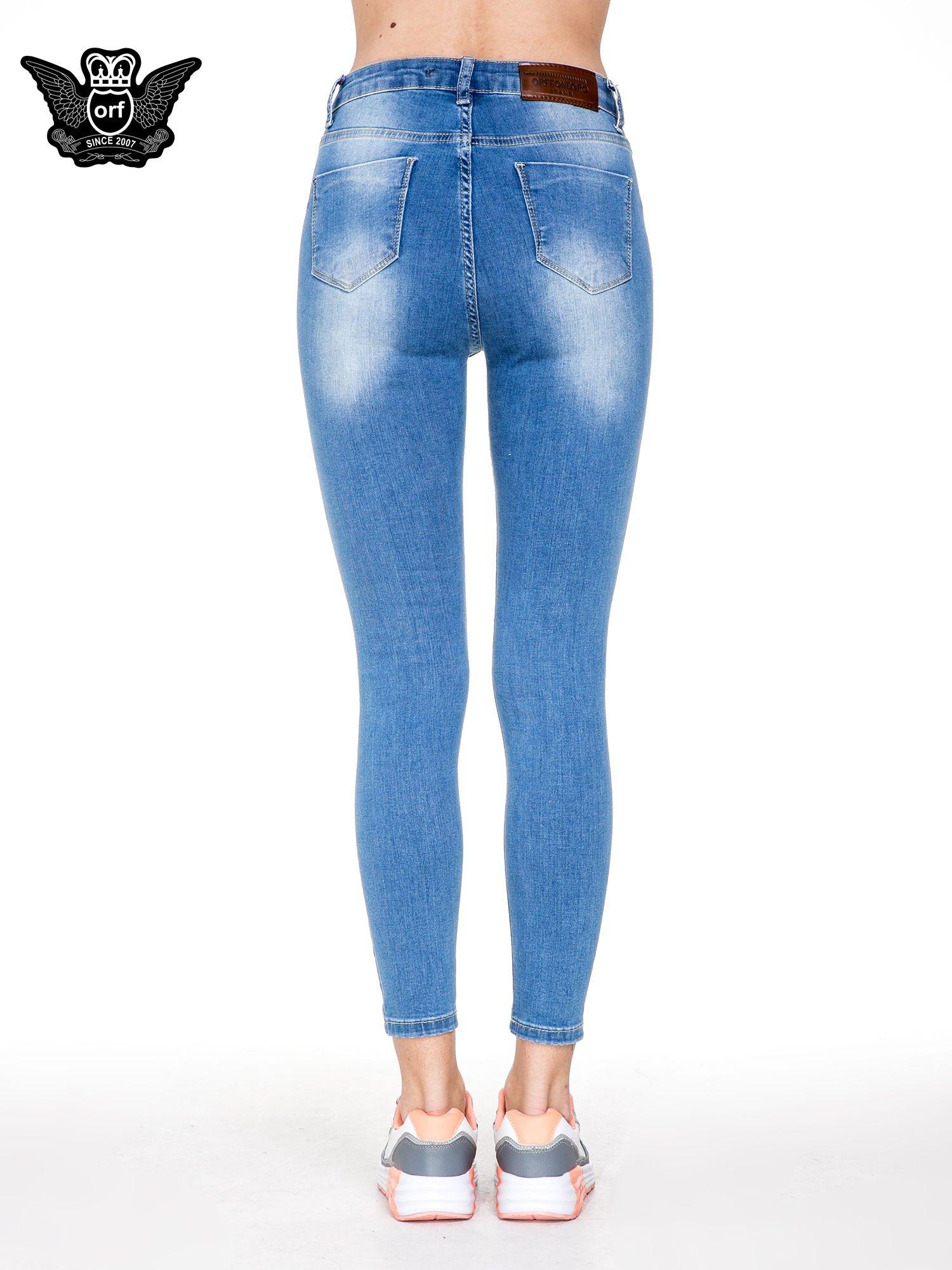 Niebieskie spodnie jeansowe rurki z wysokim stanem i dziurami na kolanach                                  zdj.                                  5