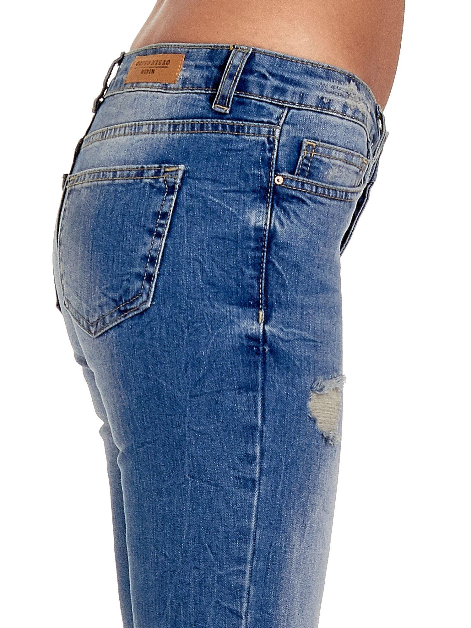 Niebieskie spodnie jeansowe skinny 7/8 z dziuarmi na kolanach                                  zdj.                                  6