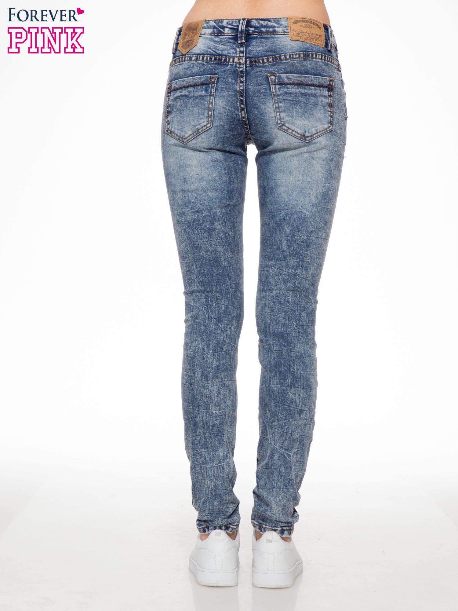 Niebieskie spodnie jeansowe z efektem sprania i gniecienia                                  zdj.                                  4