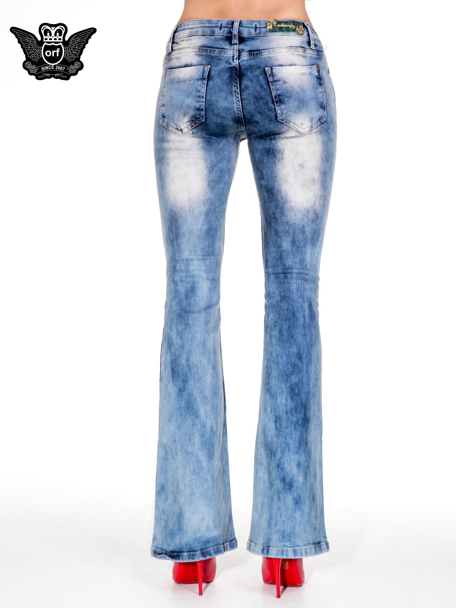 Niebieskie spodnie jeasnowe dzwony z przetarciami i rozjaśnianą nogawką                                  zdj.                                  5