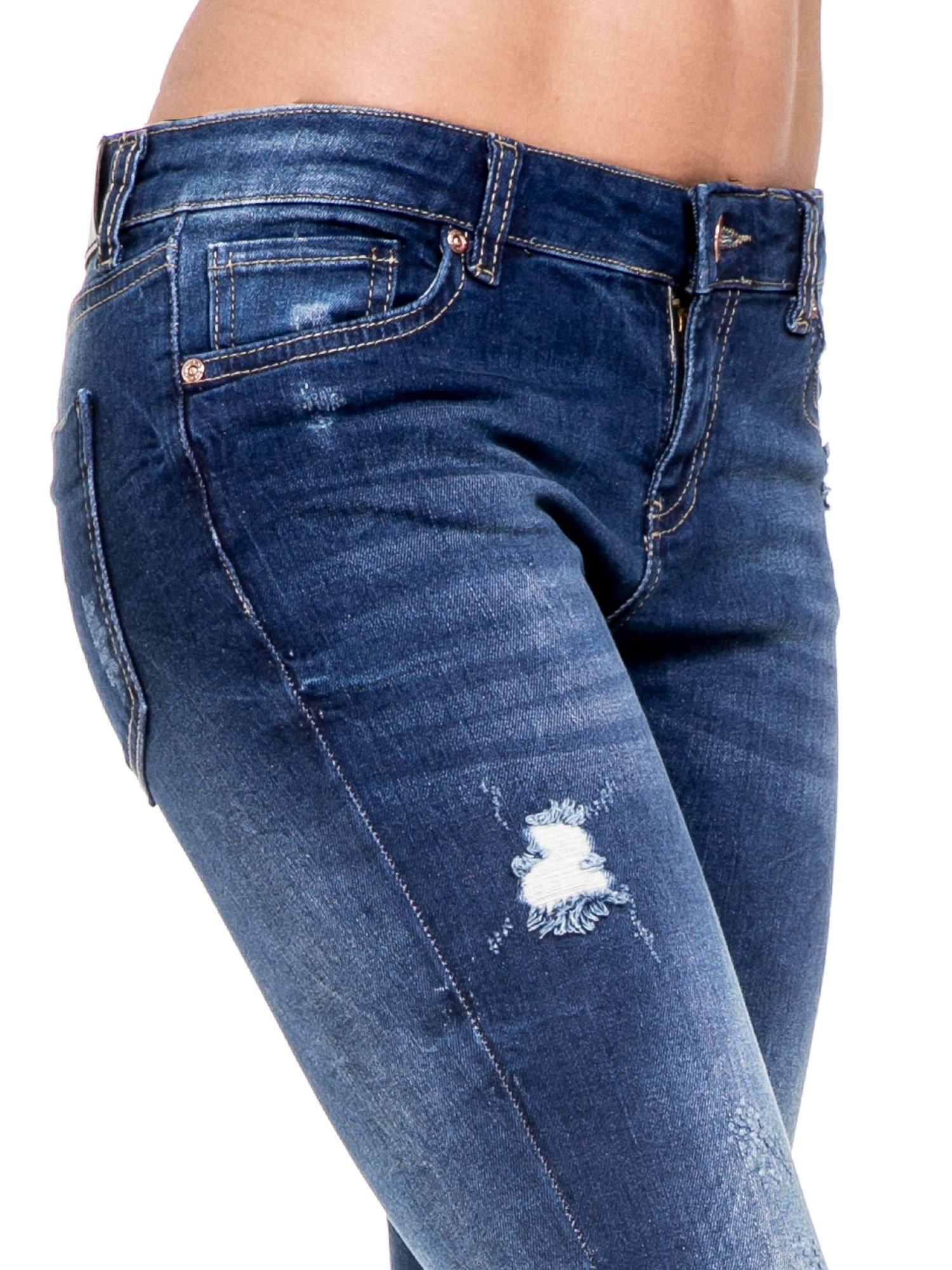 Niebieskie spodnie skinny jeans z rozdarciami na kolanach                                  zdj.                                  6