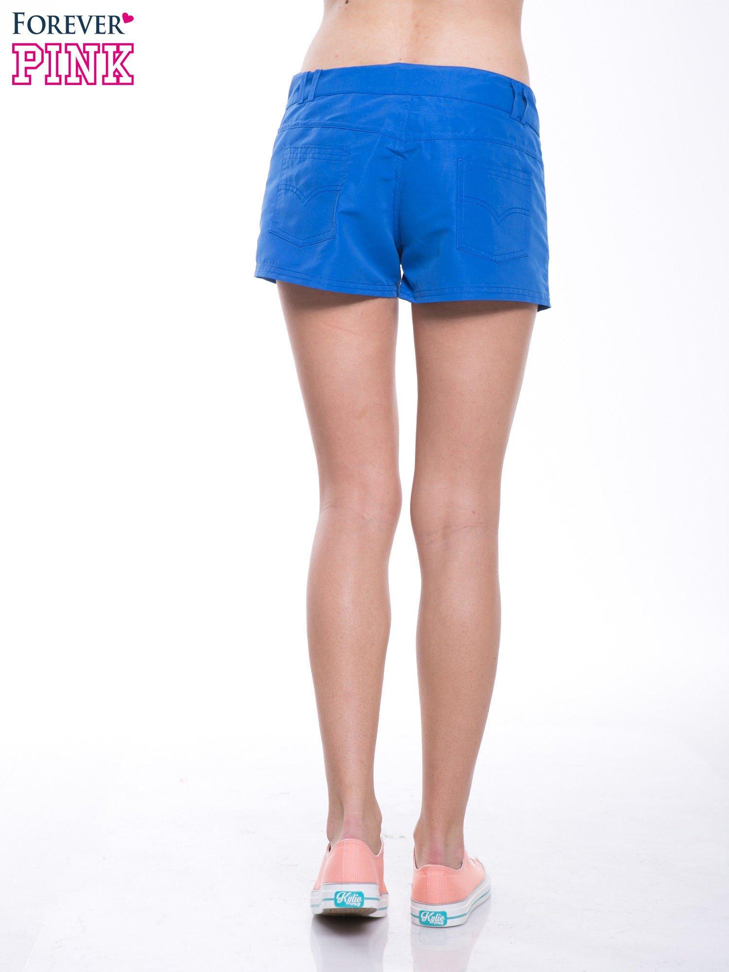 Niebieskie szorty plażowe wiązane w pasie                                  zdj.                                  4