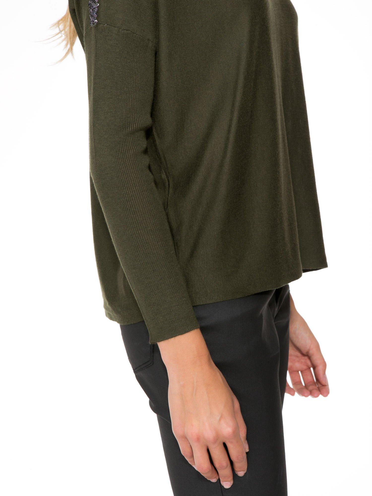 Oliwkowy sweter o nietoperzowym kroju z cekinową aplikacją na rękawach                                  zdj.                                  9