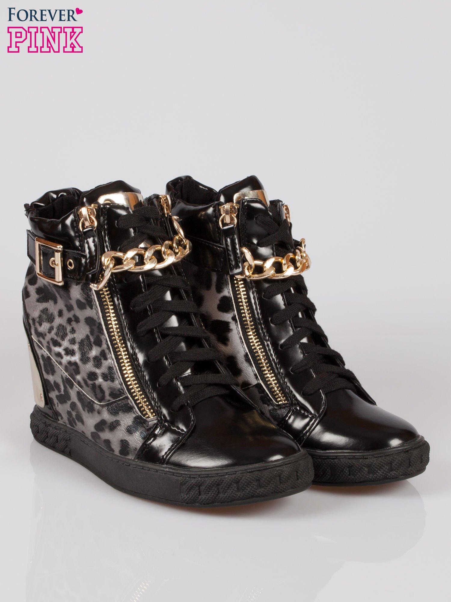 Panterkowe sneakersy z blaszką i łańcuchami                                  zdj.                                  2