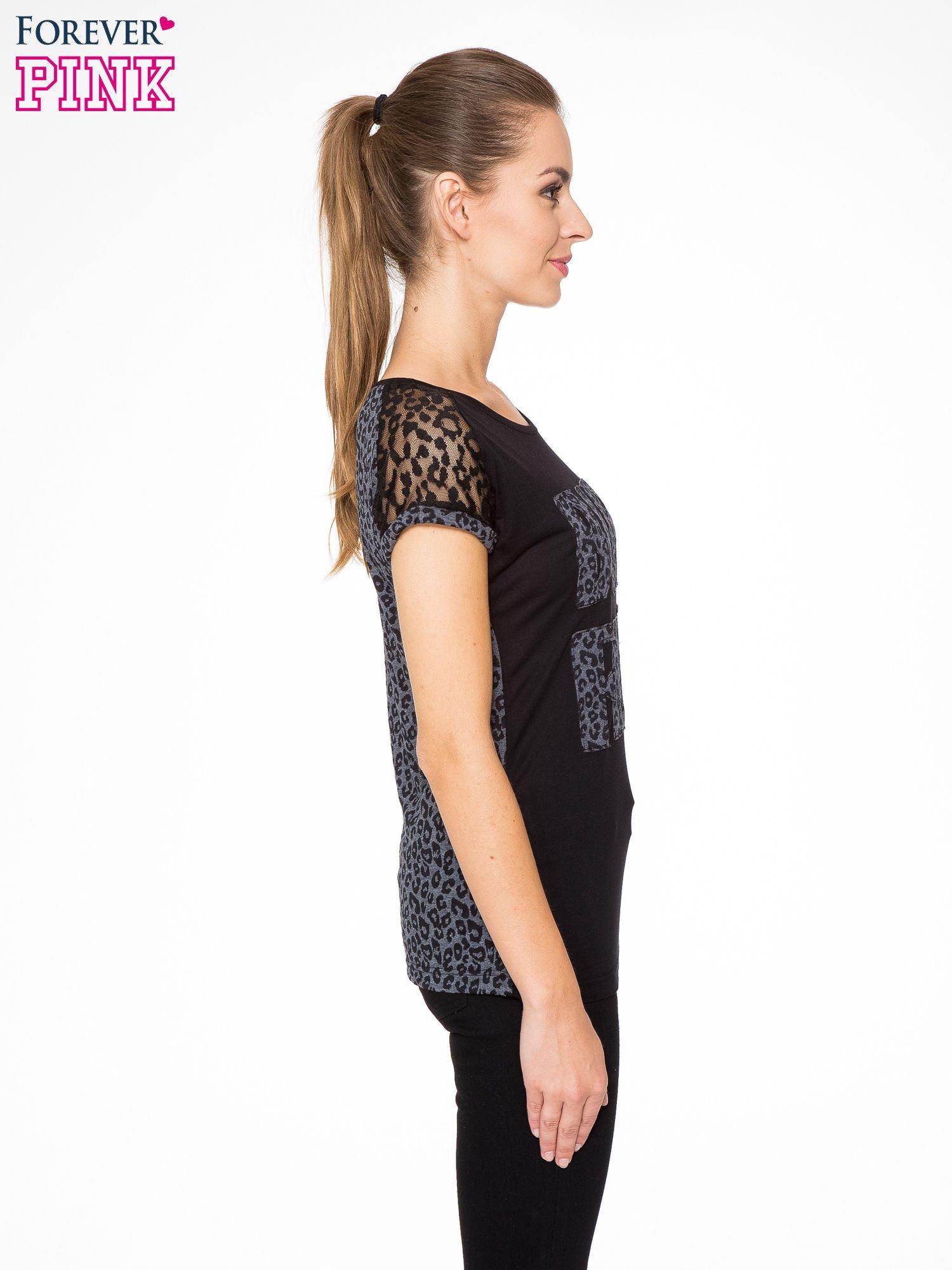 Panterkowy t-shirt z nadrukiem BORN FREE i koronkowymi rękawami                                  zdj.                                  3