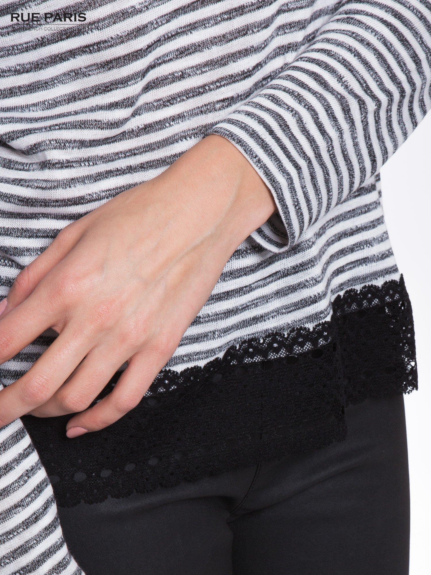 Pasiasta bluzka z koronką na ramionach                                  zdj.                                  4