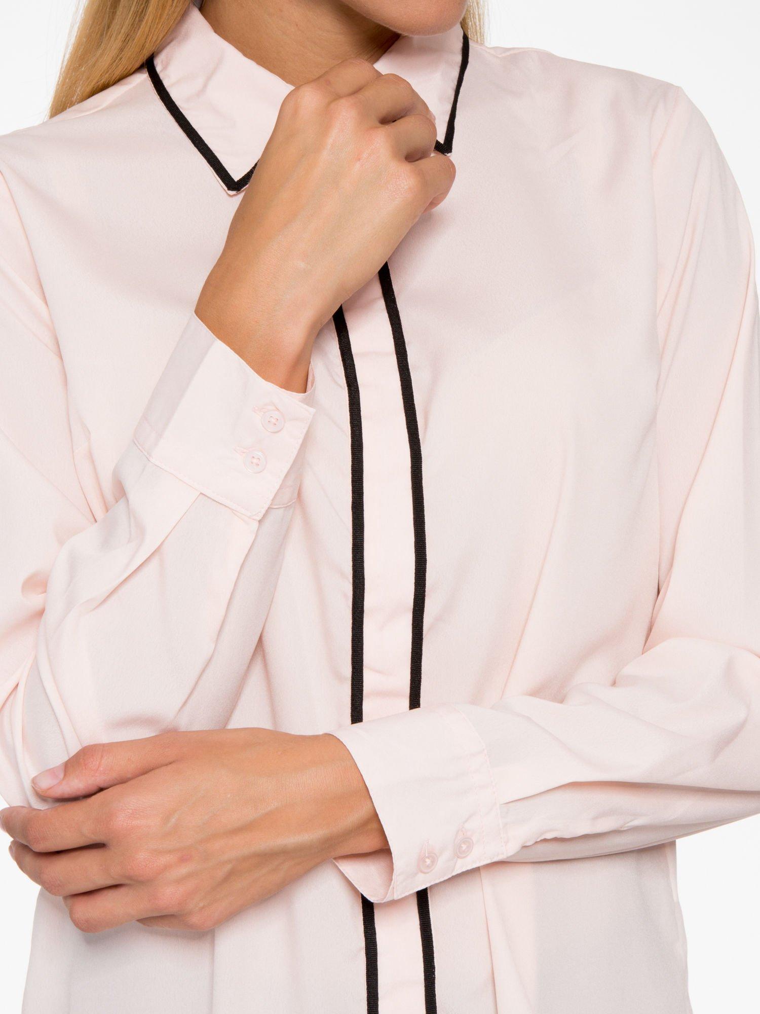 Pasteloworóżowa koszula z małym kołnierzykiem i kontrastowym obszyciem                                  zdj.                                  11