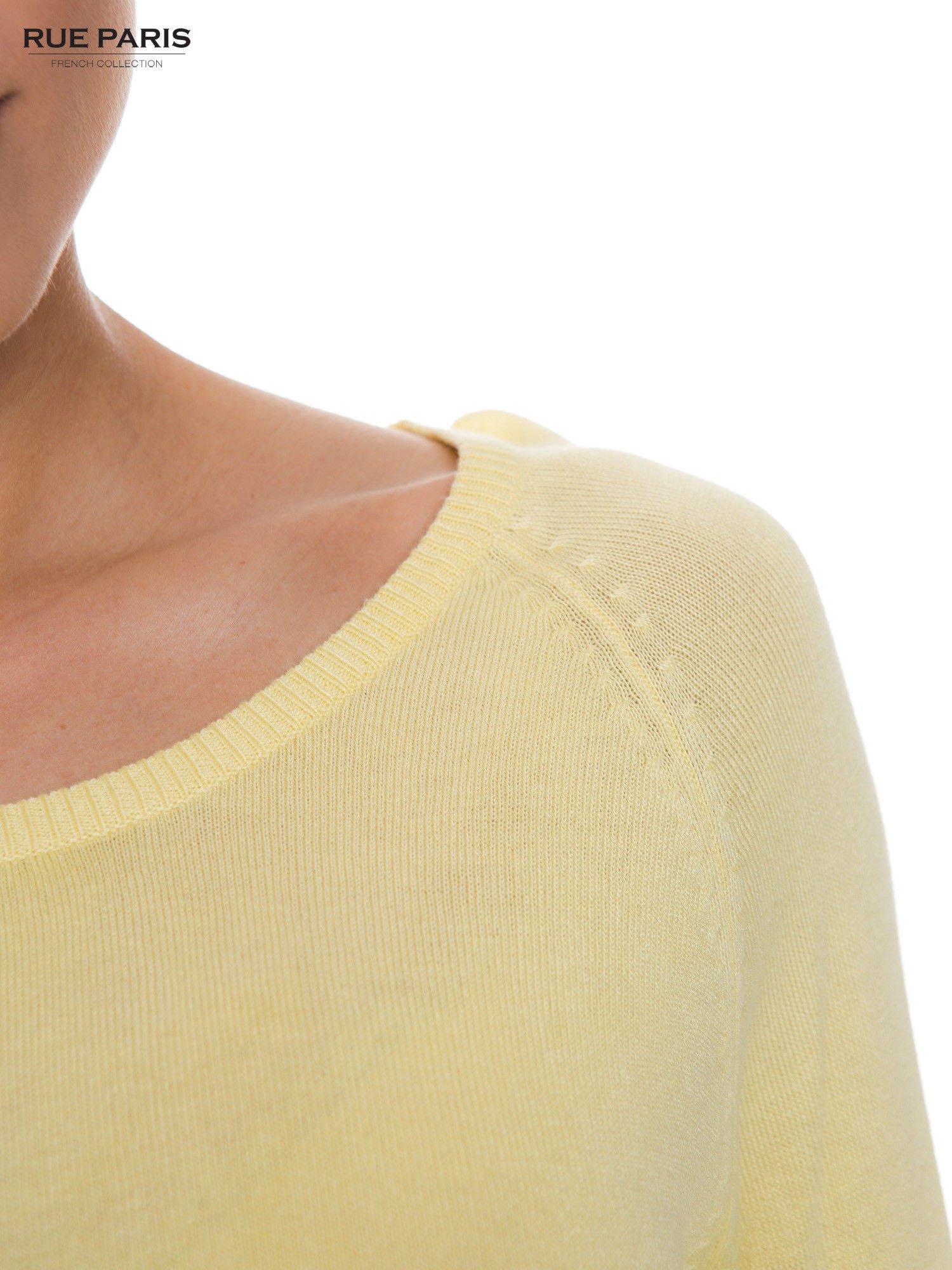 Pastelowożółty sweter z długim rękawem wykończonym koronkowym mankietem                                  zdj.                                  4