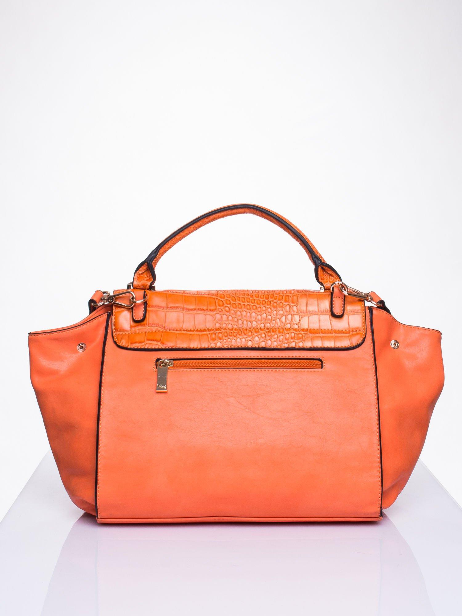 Pomarańczowa torba z motywem skóry aligatora i złotym łańcuszkiem                                  zdj.                                  2