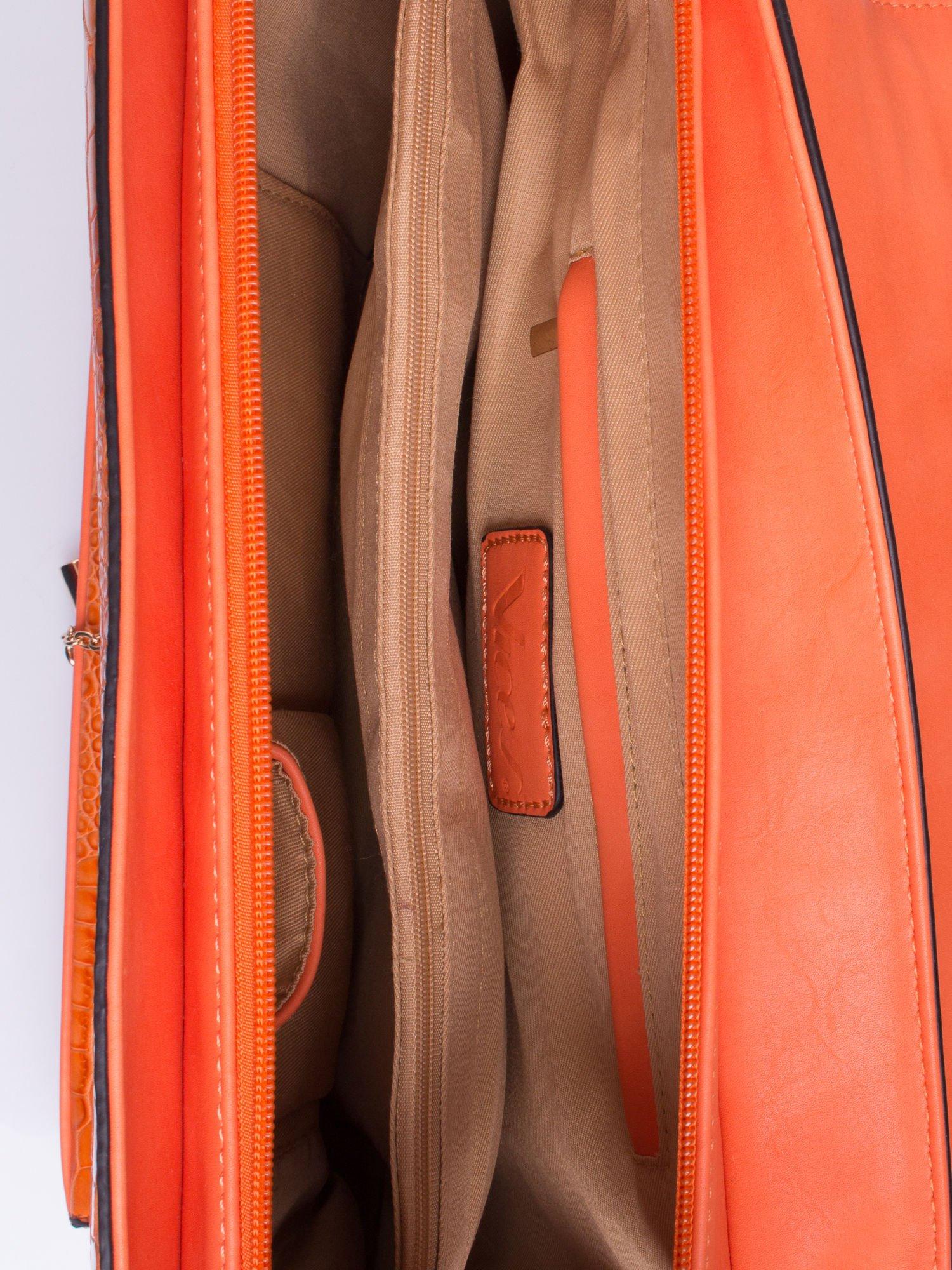 Pomarańczowa torba z motywem skóry aligatora i złotym łańcuszkiem                                  zdj.                                  4