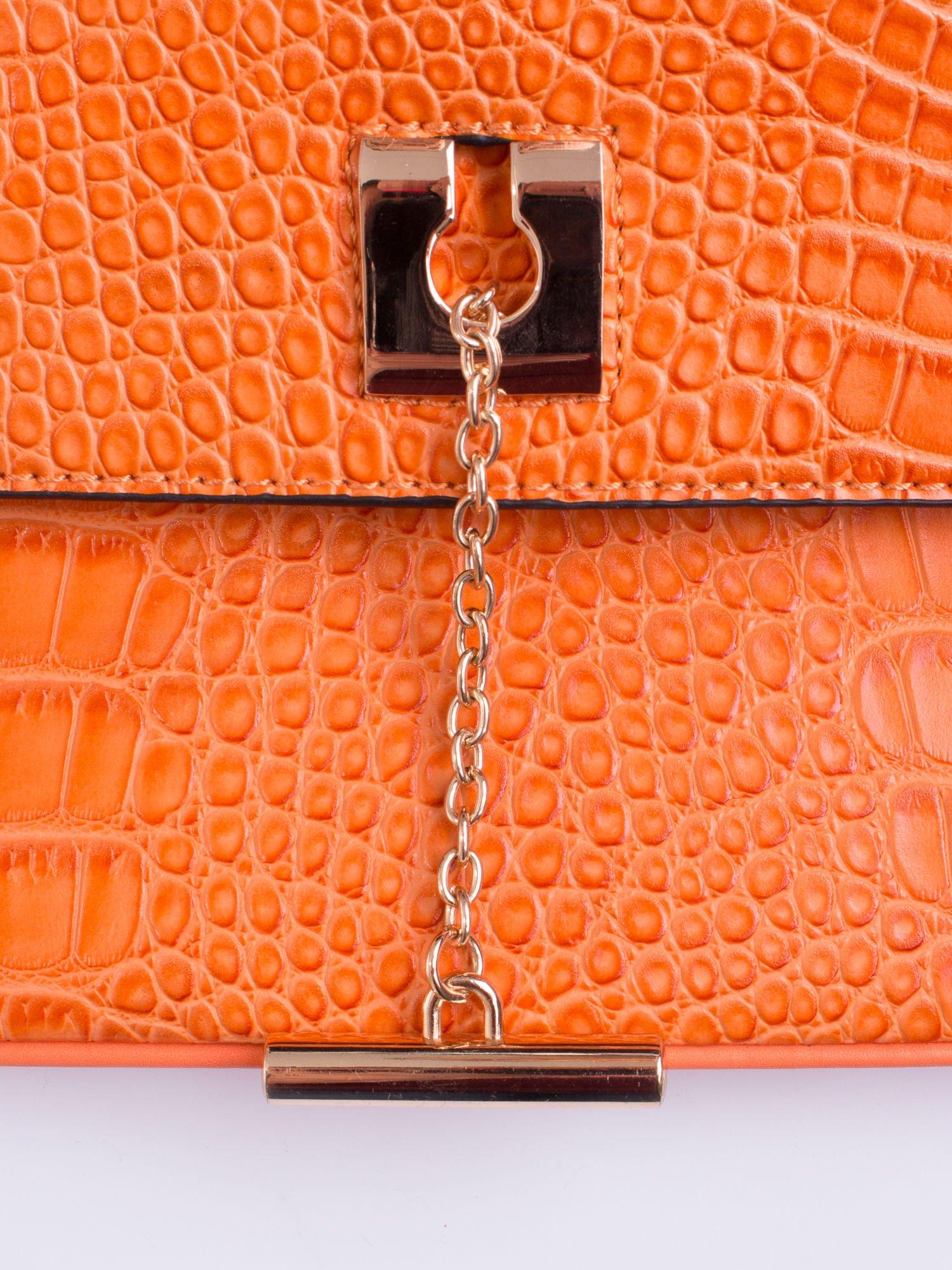 Pomarańczowa torba z motywem skóry aligatora i złotym łańcuszkiem                                  zdj.                                  5