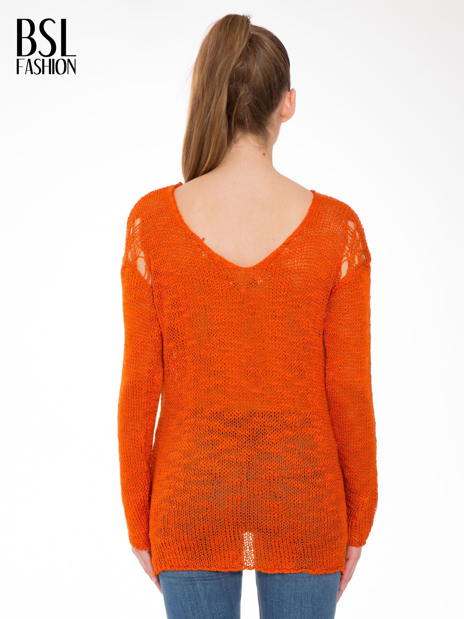 Pomarańczowy sweter z oczkami przy ramionach                                  zdj.                                  4