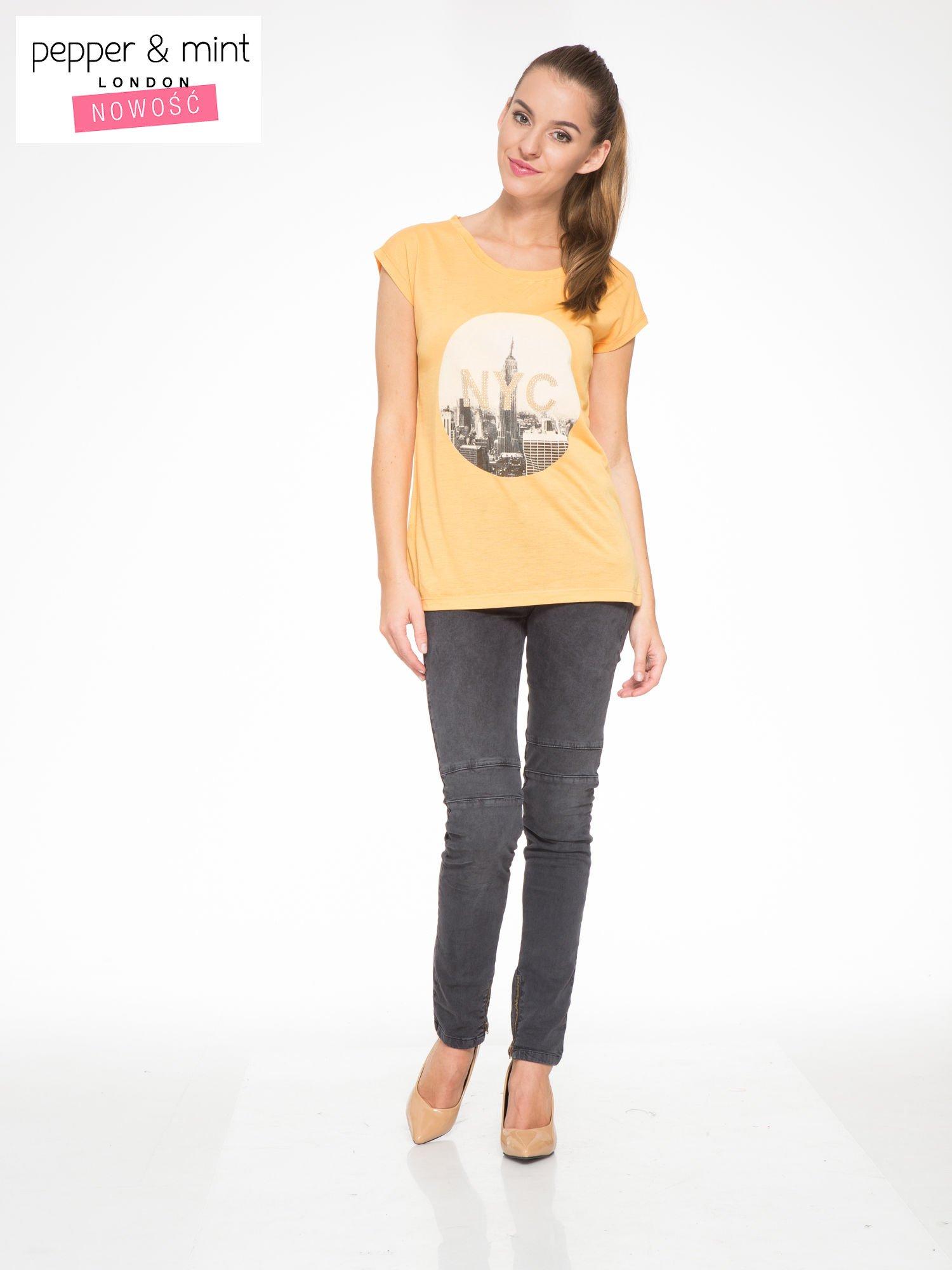 Pomarańczowy t-shirt z nadrukiem NYC zdobiony dżetami                                  zdj.                                  5