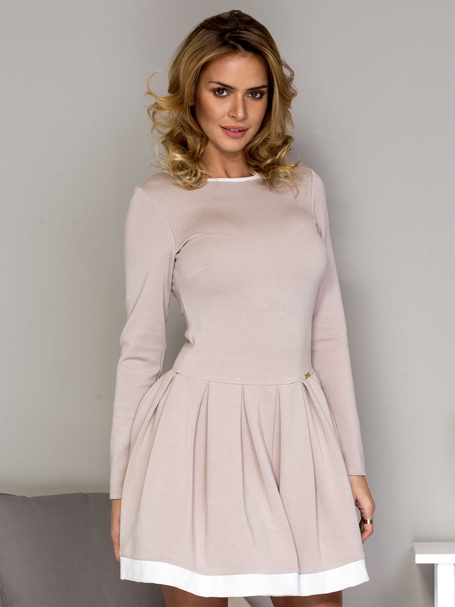 368eddb15d Rozkloszowana sukienka damska beżowa - Sukienka koktajlowa - sklep eButik.pl