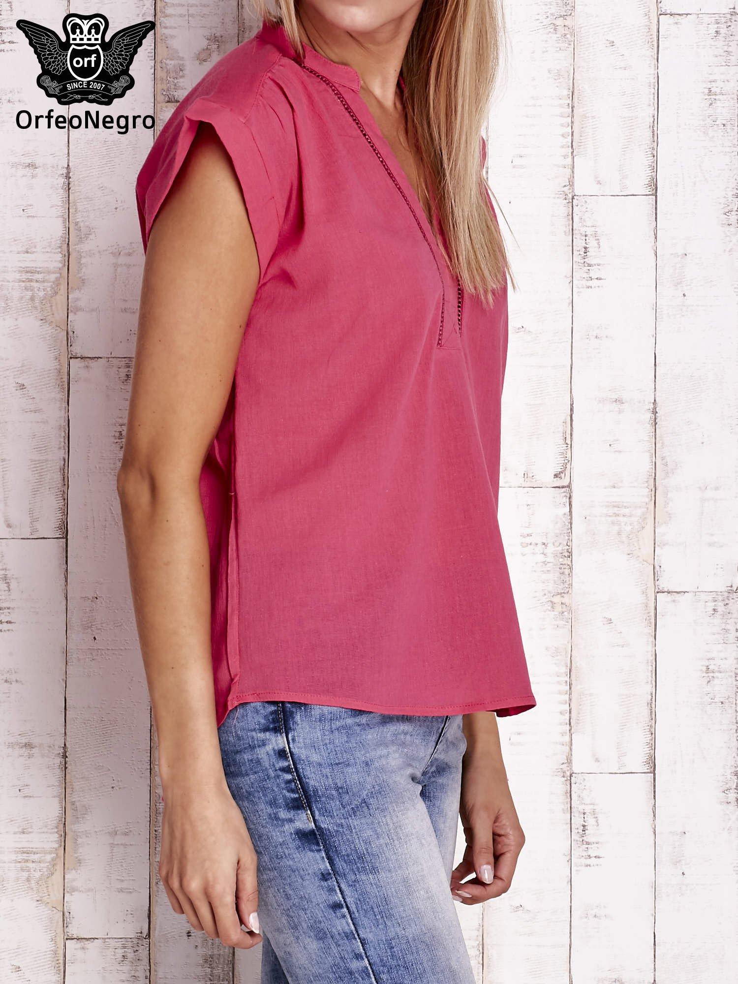 Różowa bluzka koszulowa z ażurowaniem wzdłuż dekoltu                                  zdj.                                  3